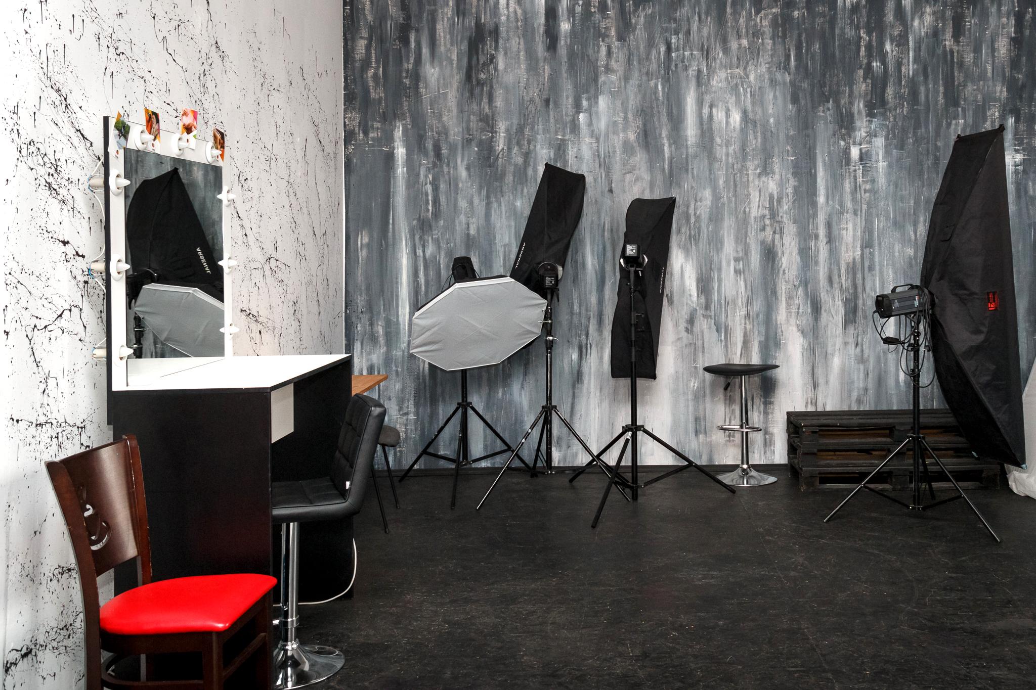 Малый зал в фотостудии Frontpage, оборудование, фактурные стены, визажный стол