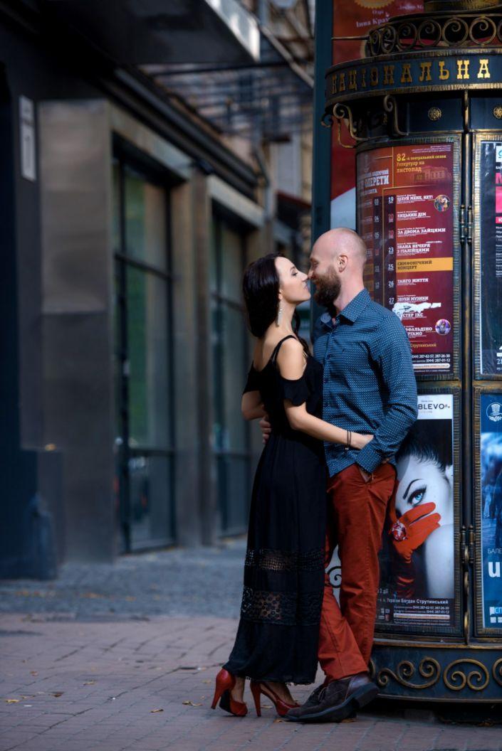 Love story фотосессия, на природе, прогулка по городу, возле театральной тумбы
