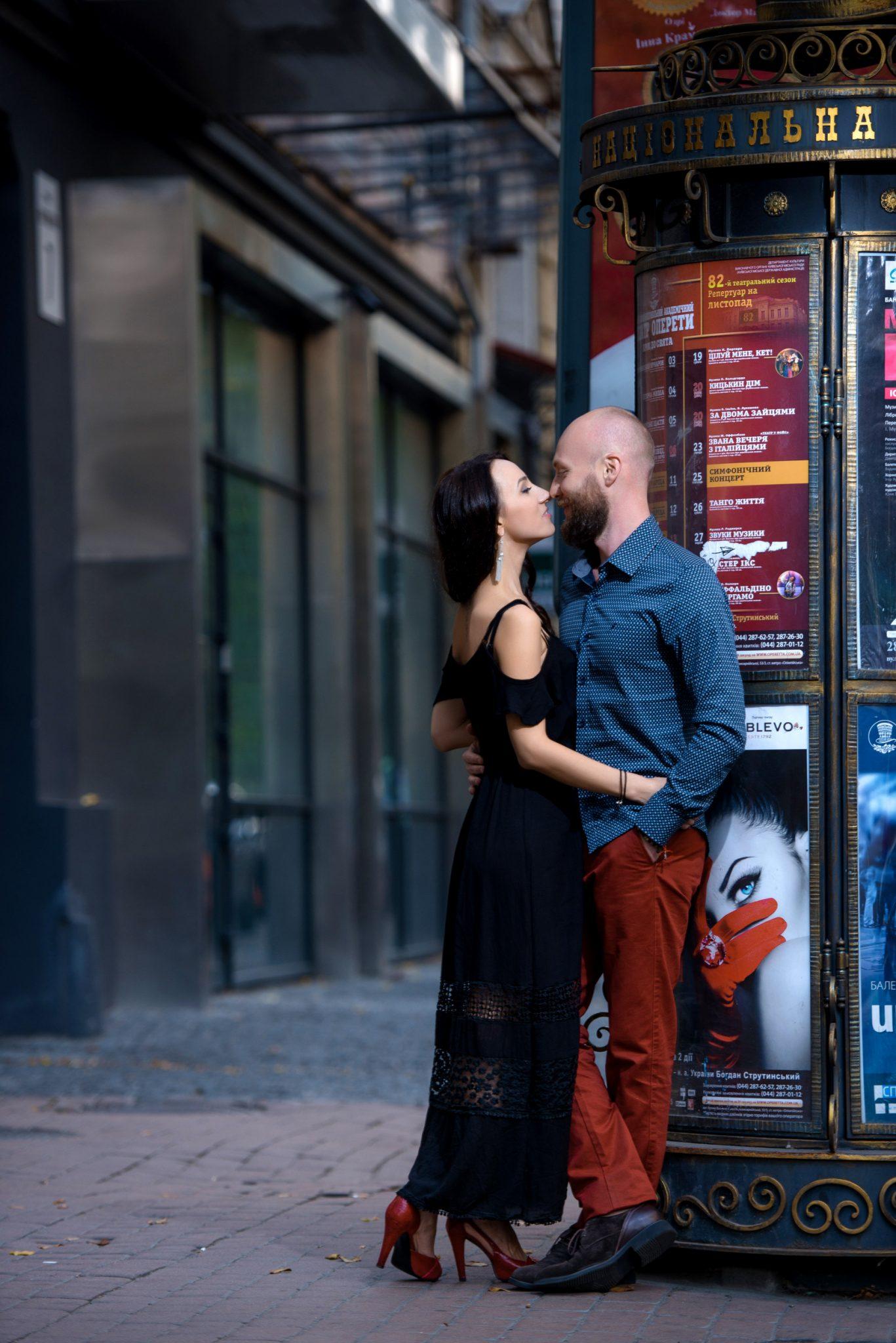 Love Story на природе, прогулка по городу, возле театральной тумбы