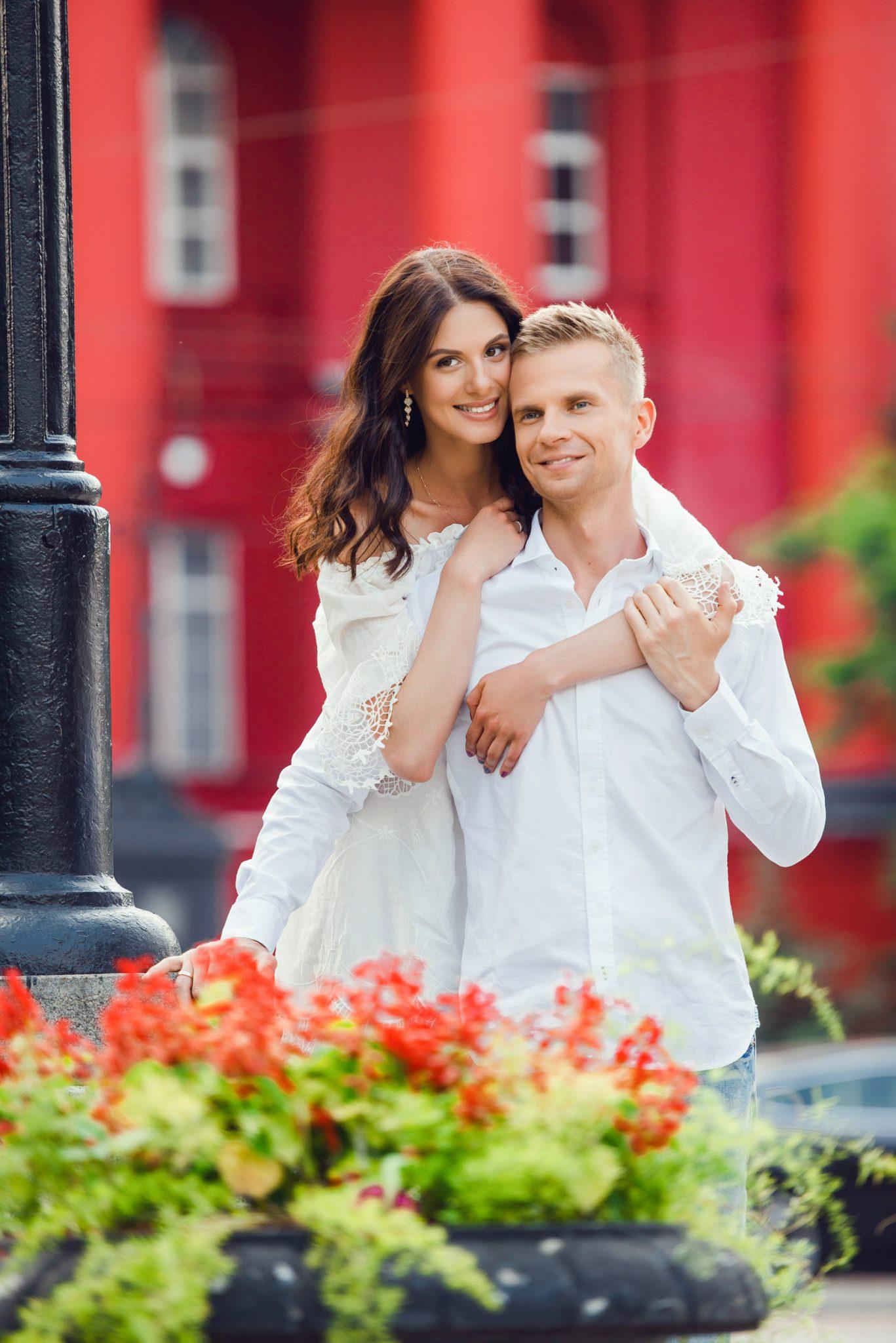Love Story на природе, на фоне красного корпуса ун. Шевченко