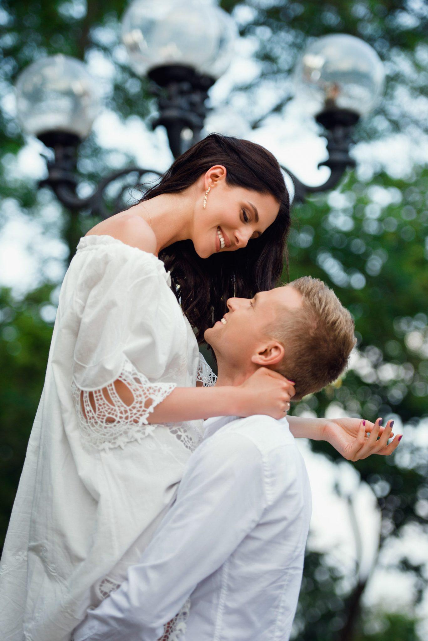Love Story на природе, прогулка Киеву, девушка на руках у мужчины