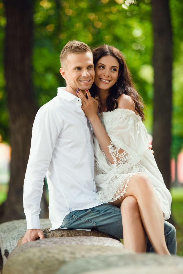 Love story фотосессия, на природе, пара сидит на камне