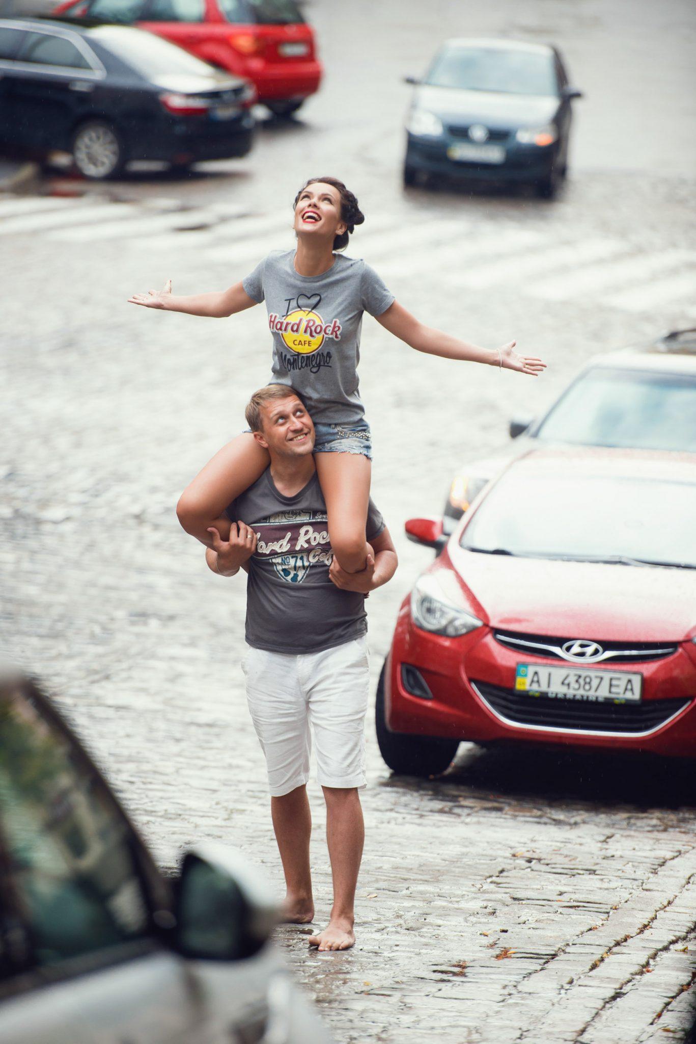Love Story на природе, прогулка по Киеву, девушку на шее у мужчины, проезжая часть, брусчатка