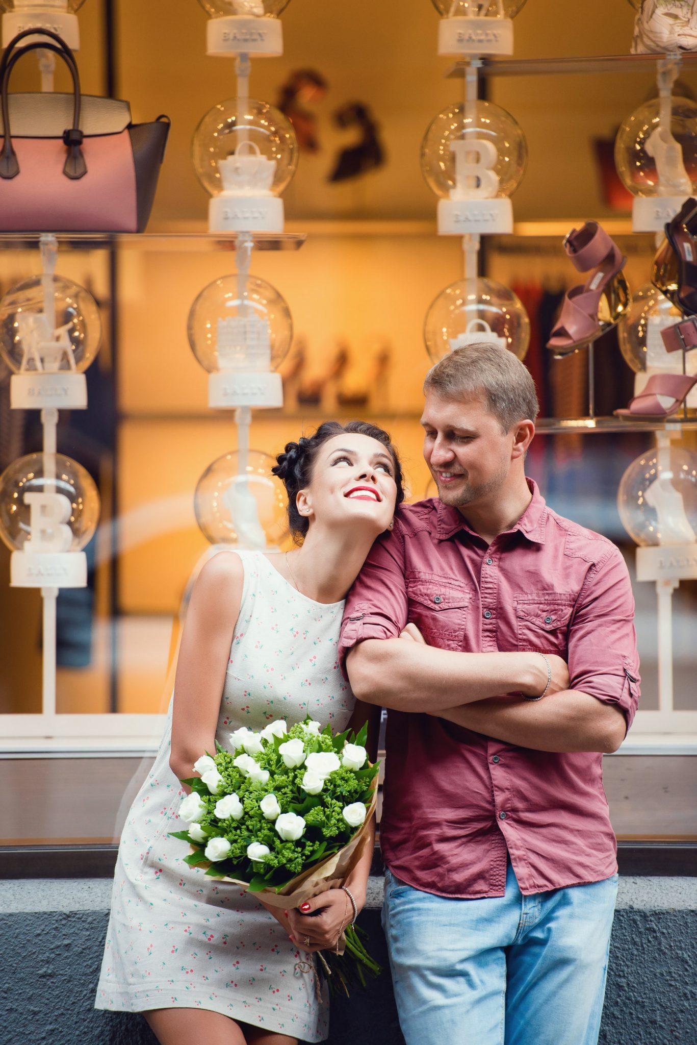 Love Story на природе, прогулка по Киеву, пара напротив витрины