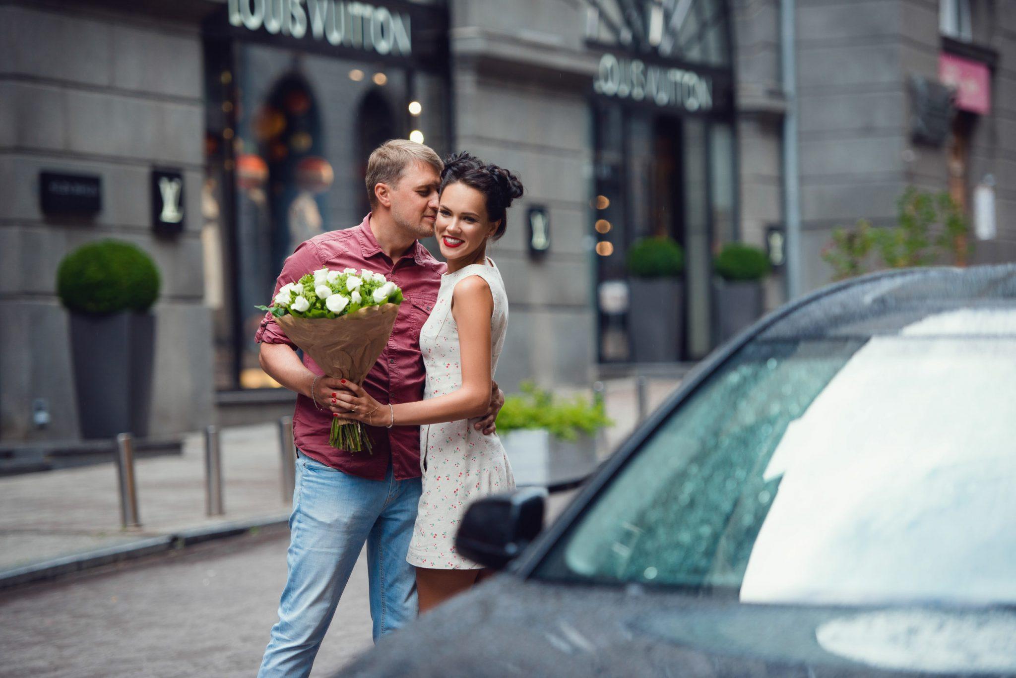 Love Story на природе, прогулка по Киеву, пара целуется, у девушки в руках букет белых цветов