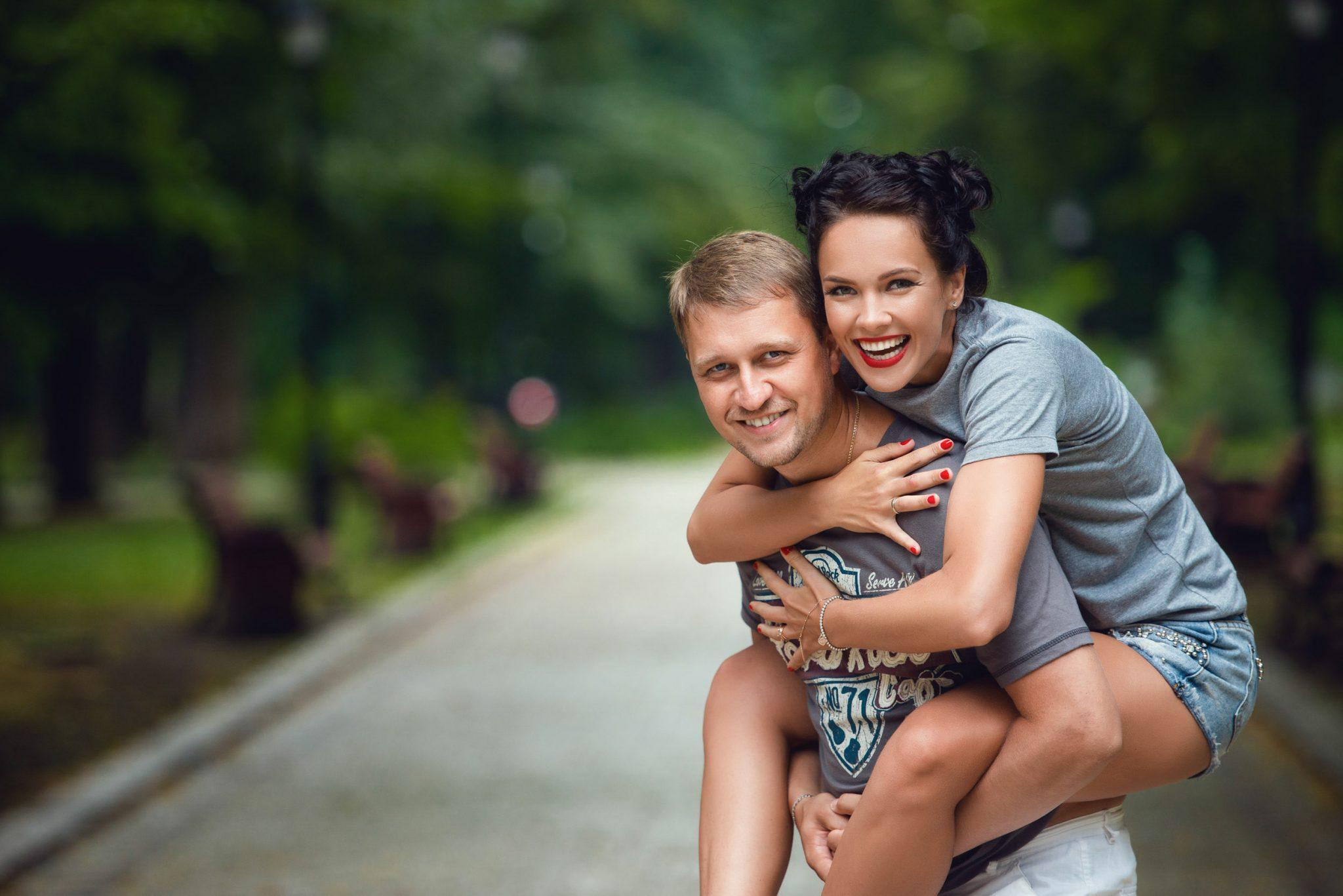 Love Story на природе, прогулка по Киеву, фотография пары, девушка на спине у мужчины