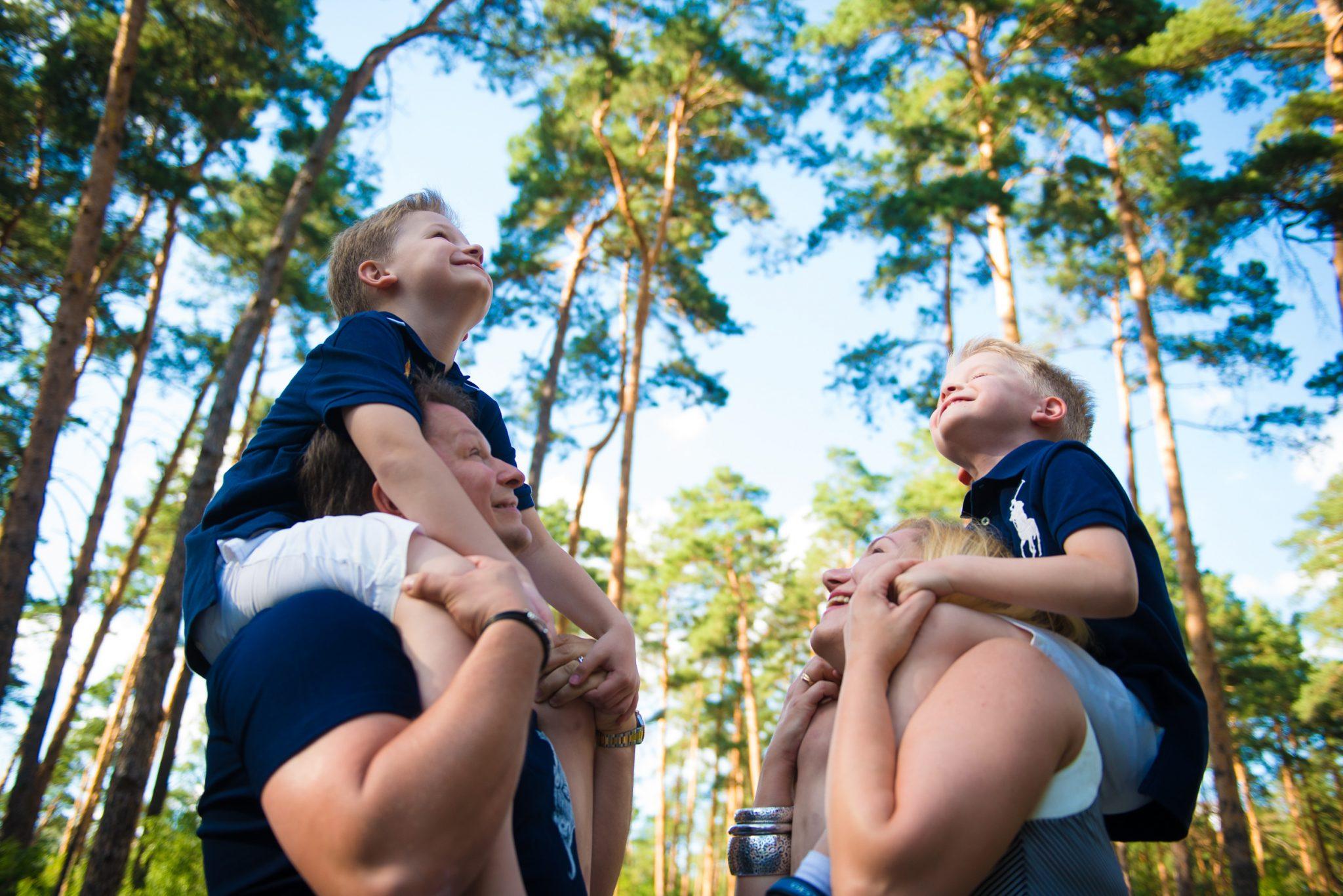 Семейная фотосессия семейная пара с детьми в лесу
