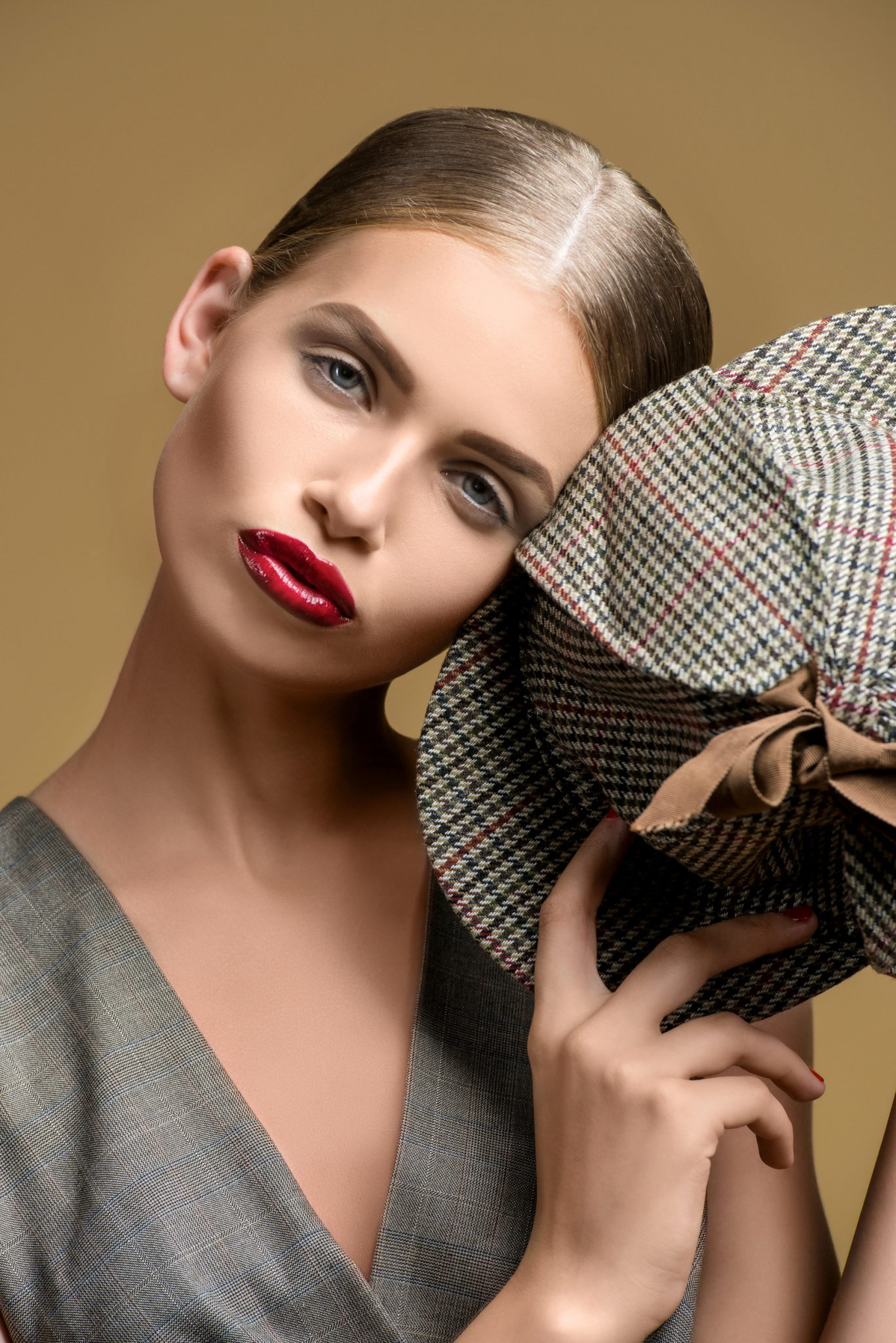 Модельное портфолио девушка с кепкой на коричневом фоне