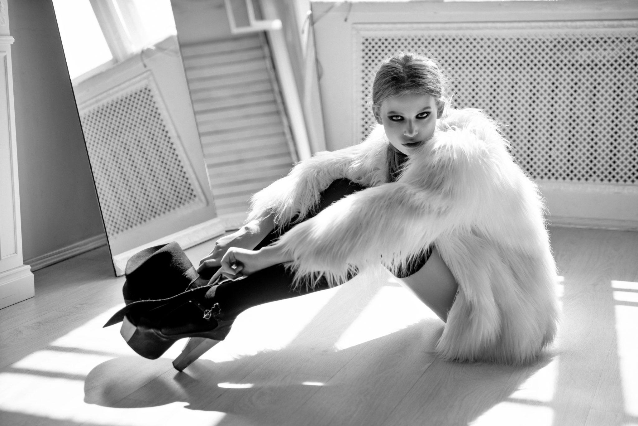 Модельное портфолио девушка в белье позирует на полу