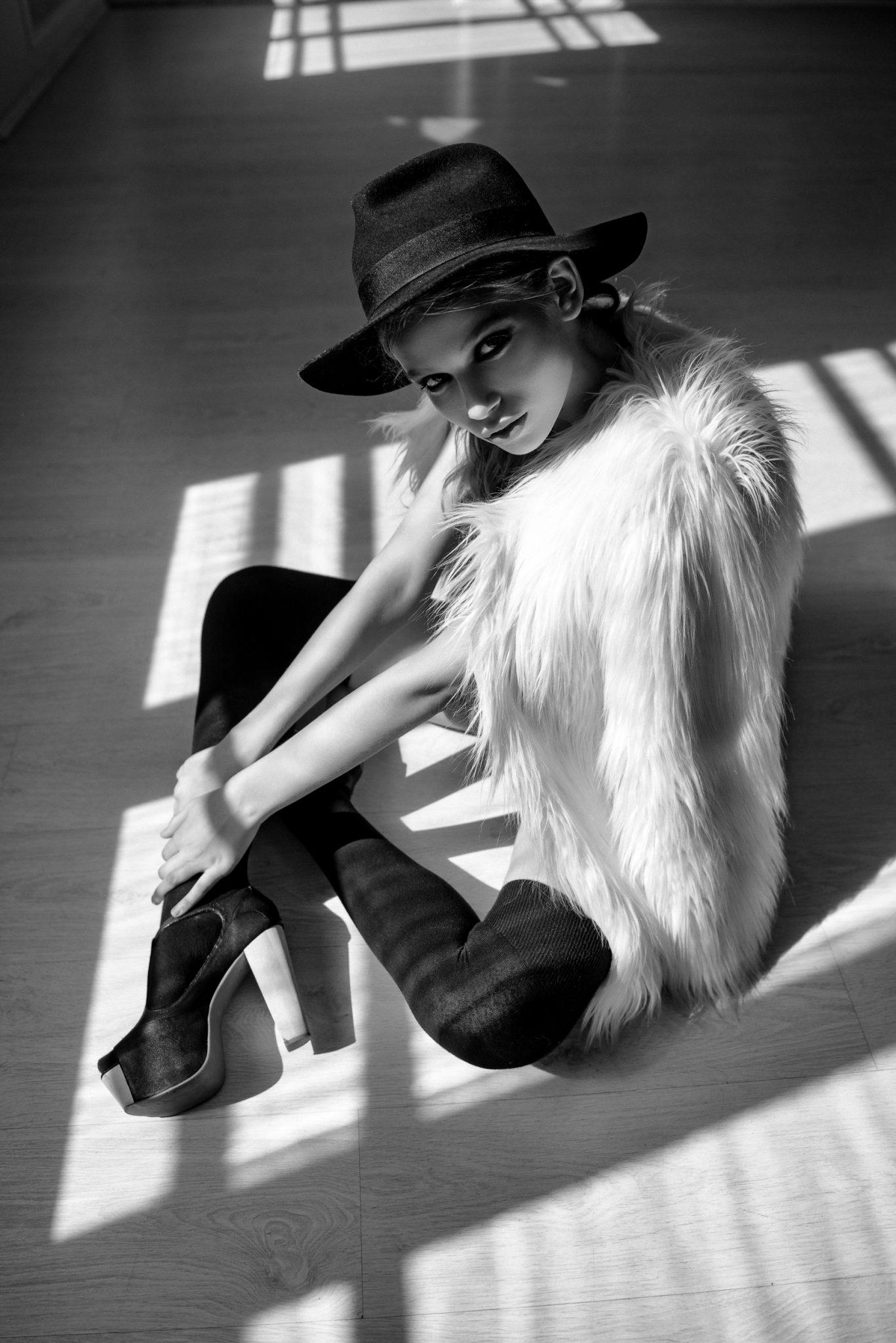Модельное портфолио девушка в белье и шубке
