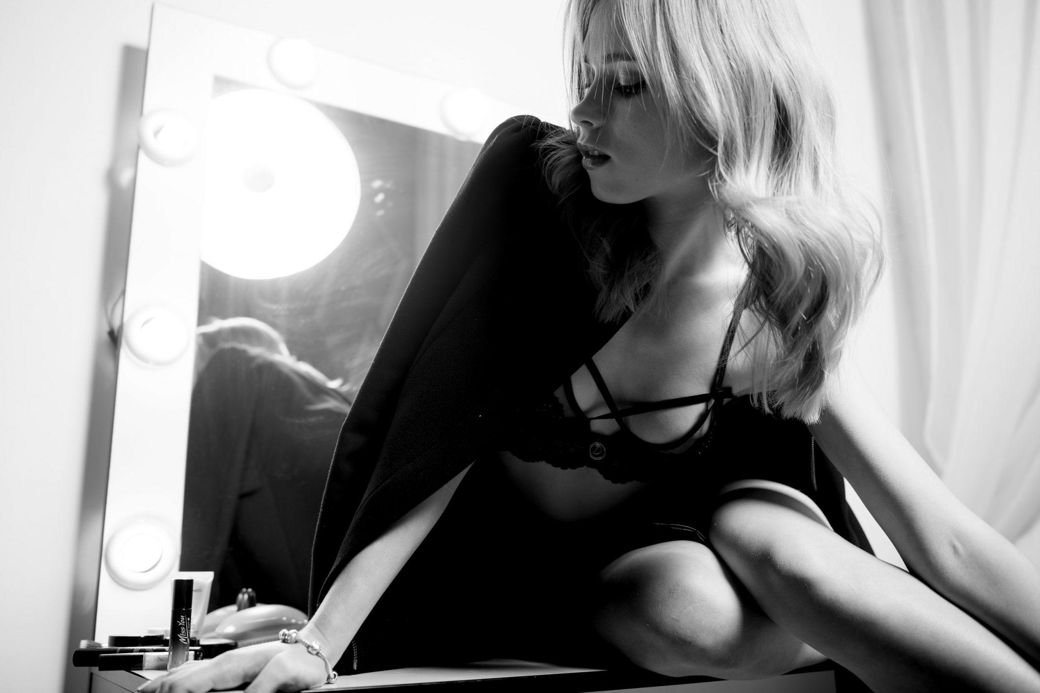 Модельное портфолио Анна Кошмал сидит на визажном столе