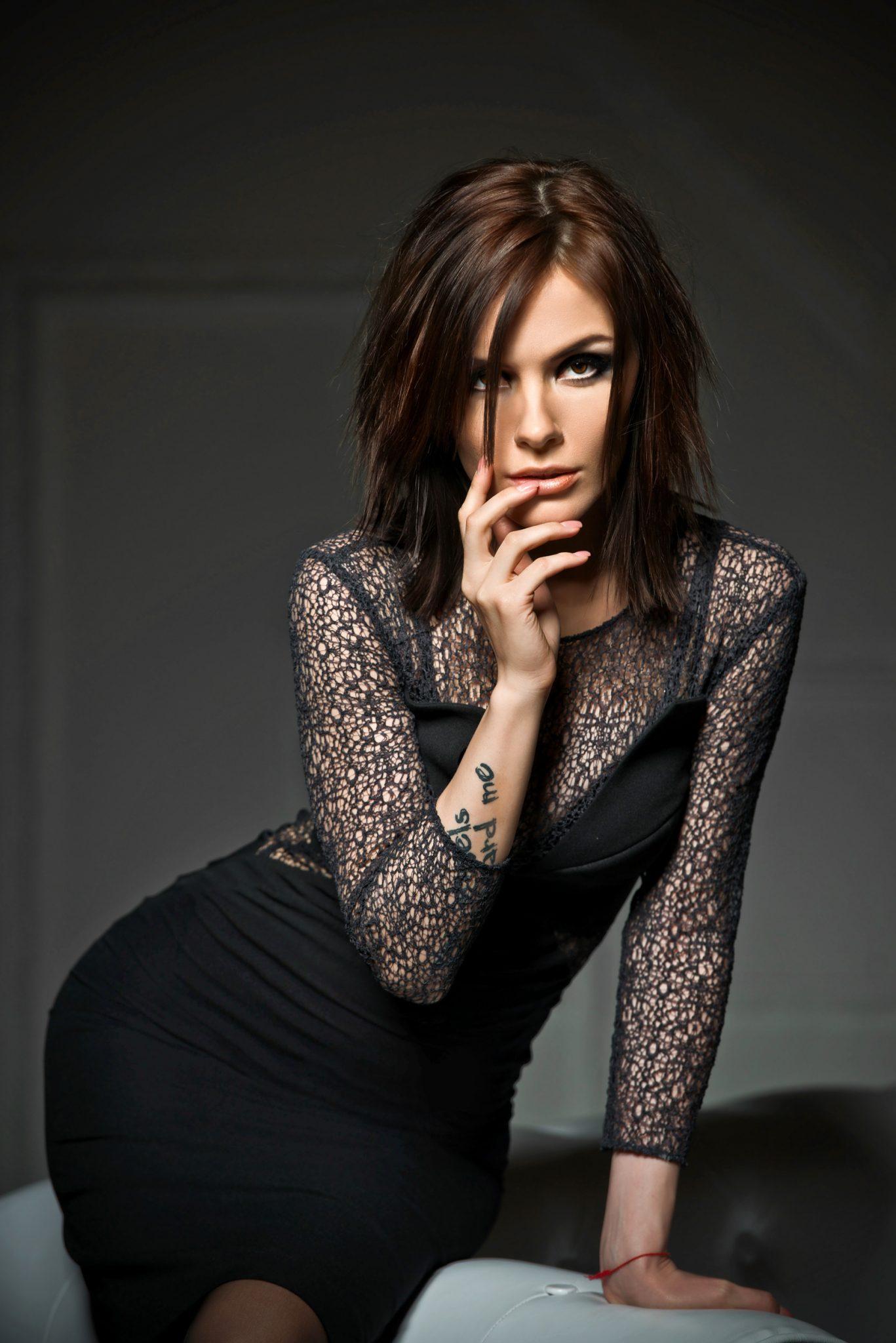 Фотосессия Премиум певица Эрика в черном сетчатом платье