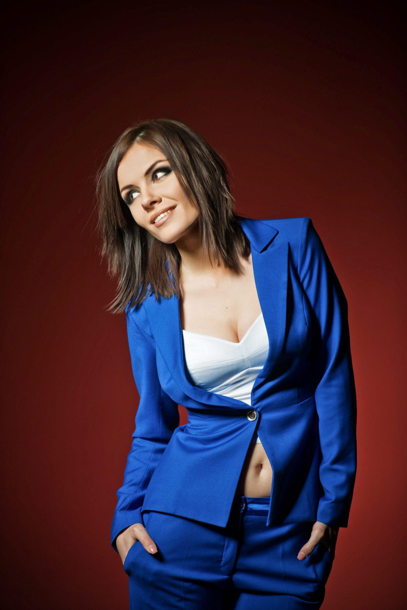 Фотосессия Премиум певица Эрика на красном фоне
