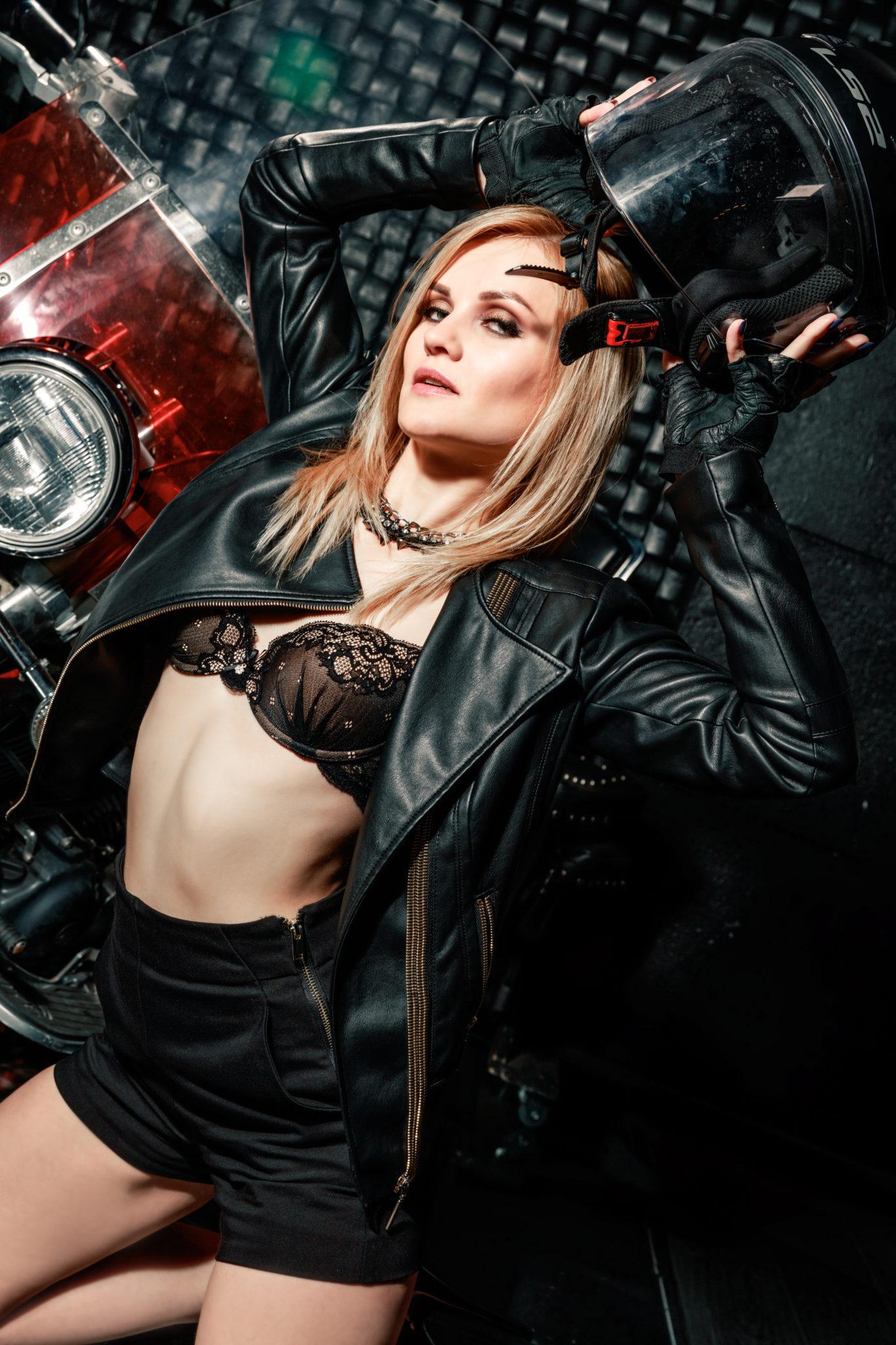 Жанна Романюк как модель для фотосессии с мотоциклом