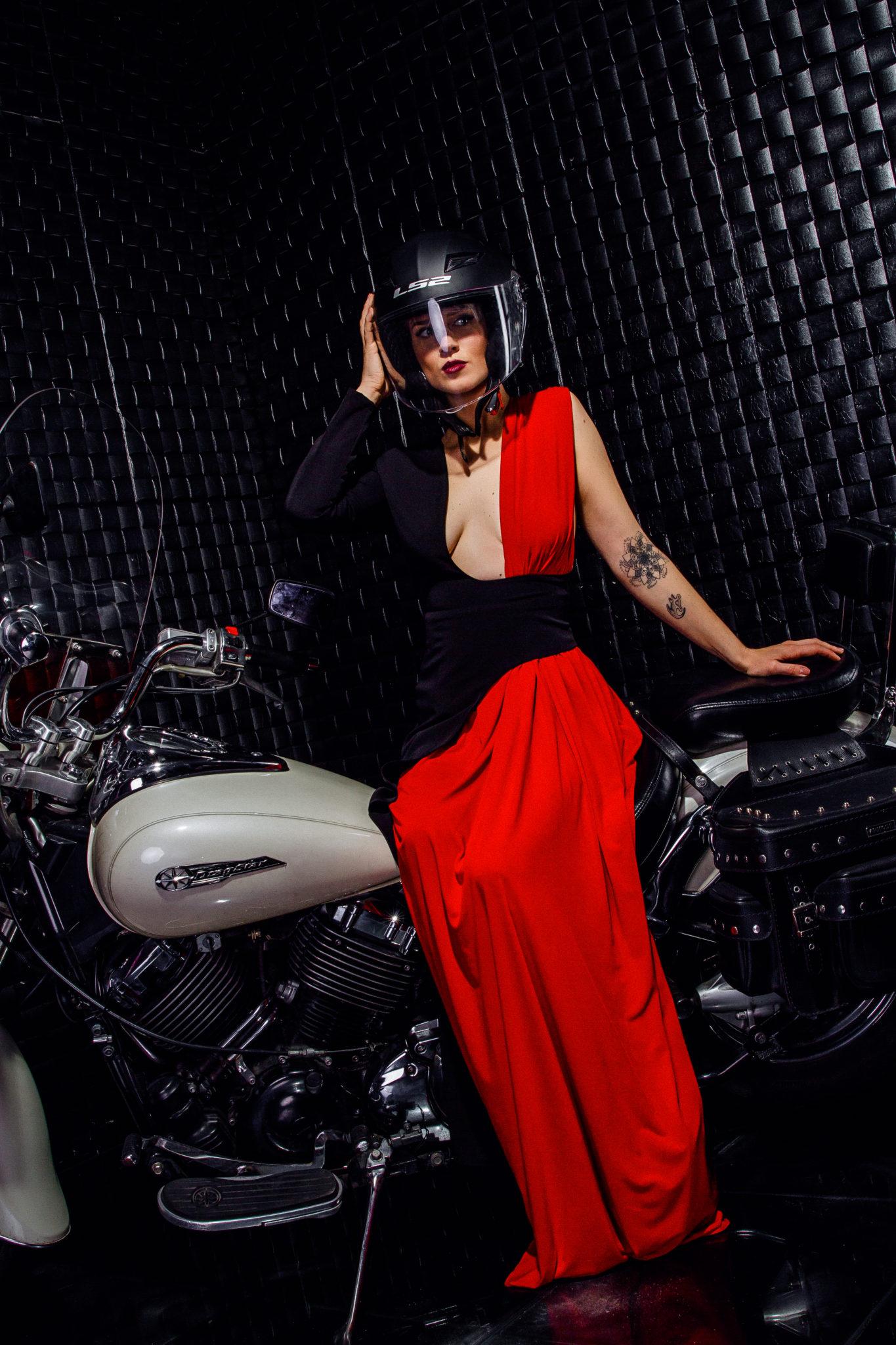 Евгения Мицитис как модель для фотосессии с мотоциклом