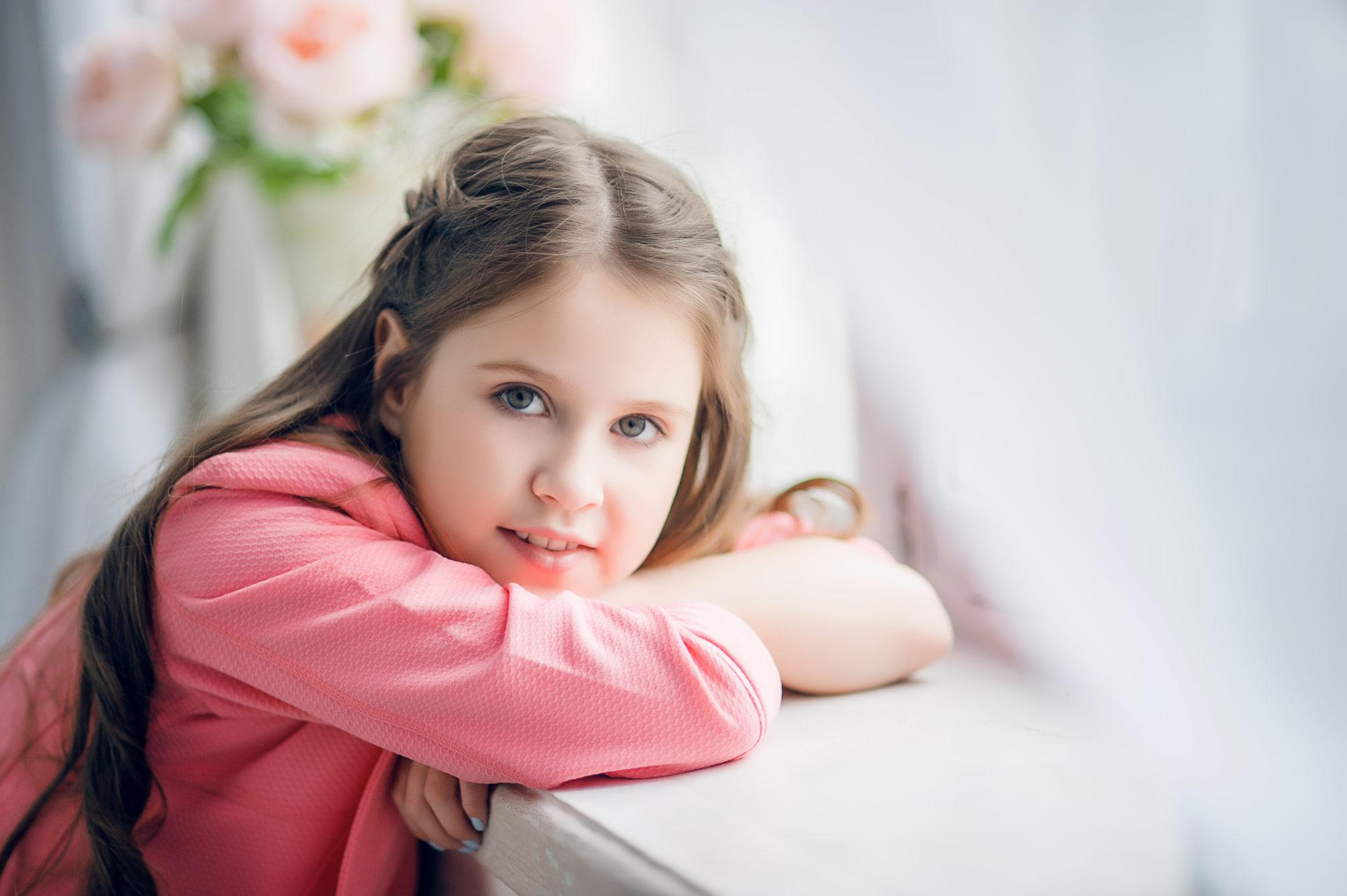 Детская фотосессия, девочка на фоне цветов на подоконнике