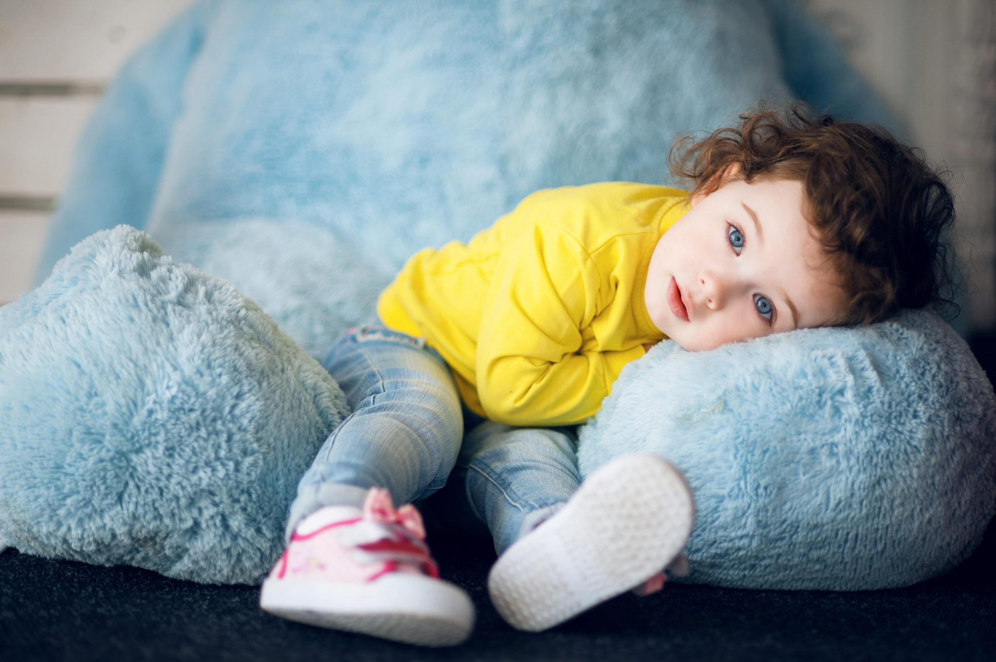 Детская фотосессия, ребенок на синем мишке