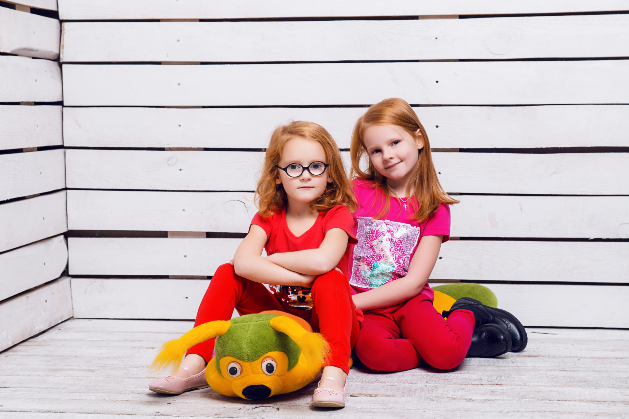 Детская фотосессия, девочки-близняшки с игрушкой