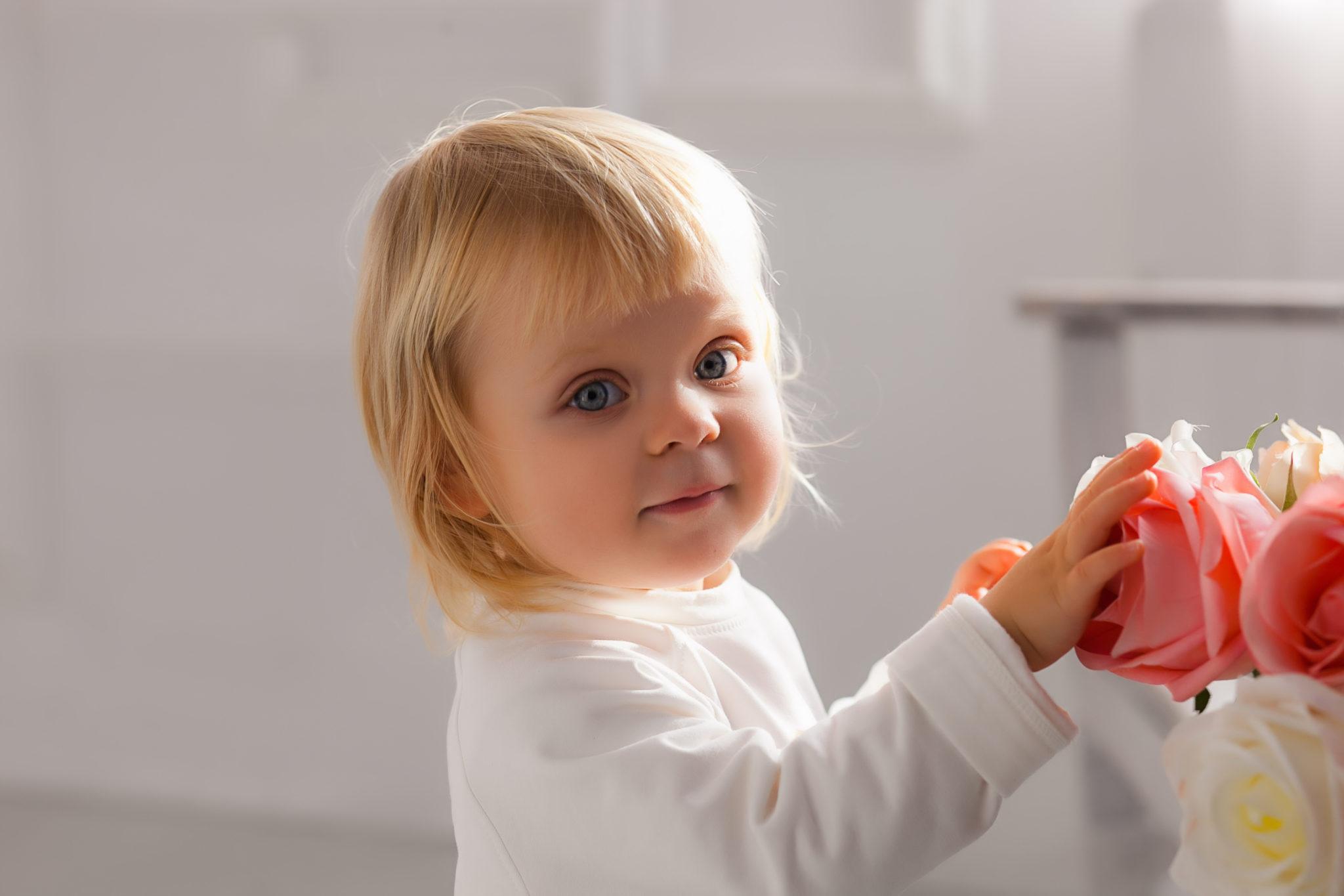 Детская фотосессия, ребенок трогает цветы