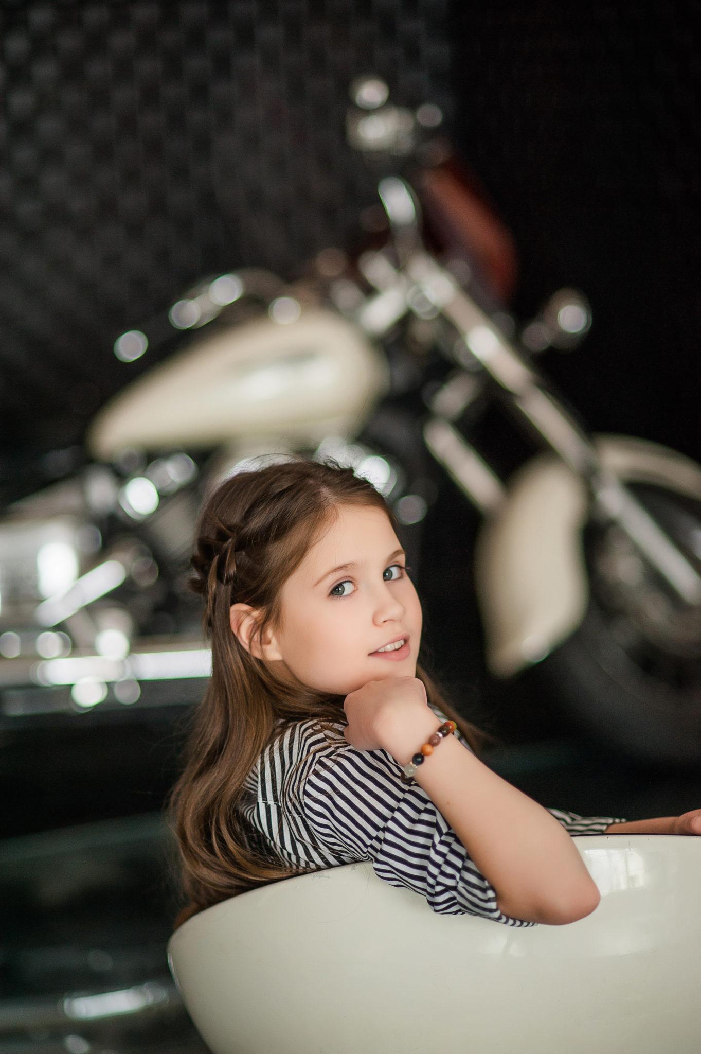 Детская фотосессия, девочка на фоне мотоцикла
