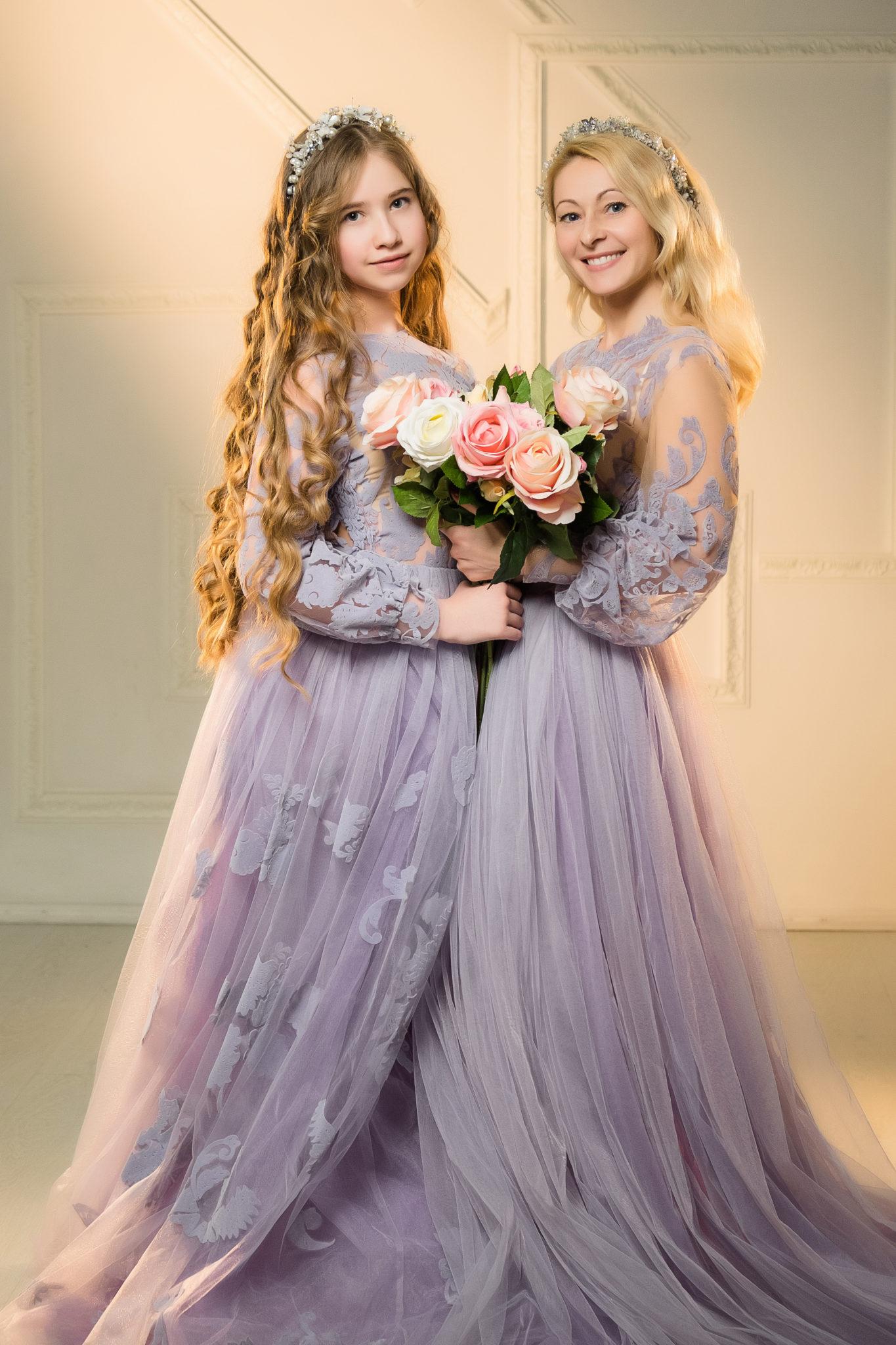 Детская фотосессия, мама с дочкой в лиловых платьях с букетом цветов
