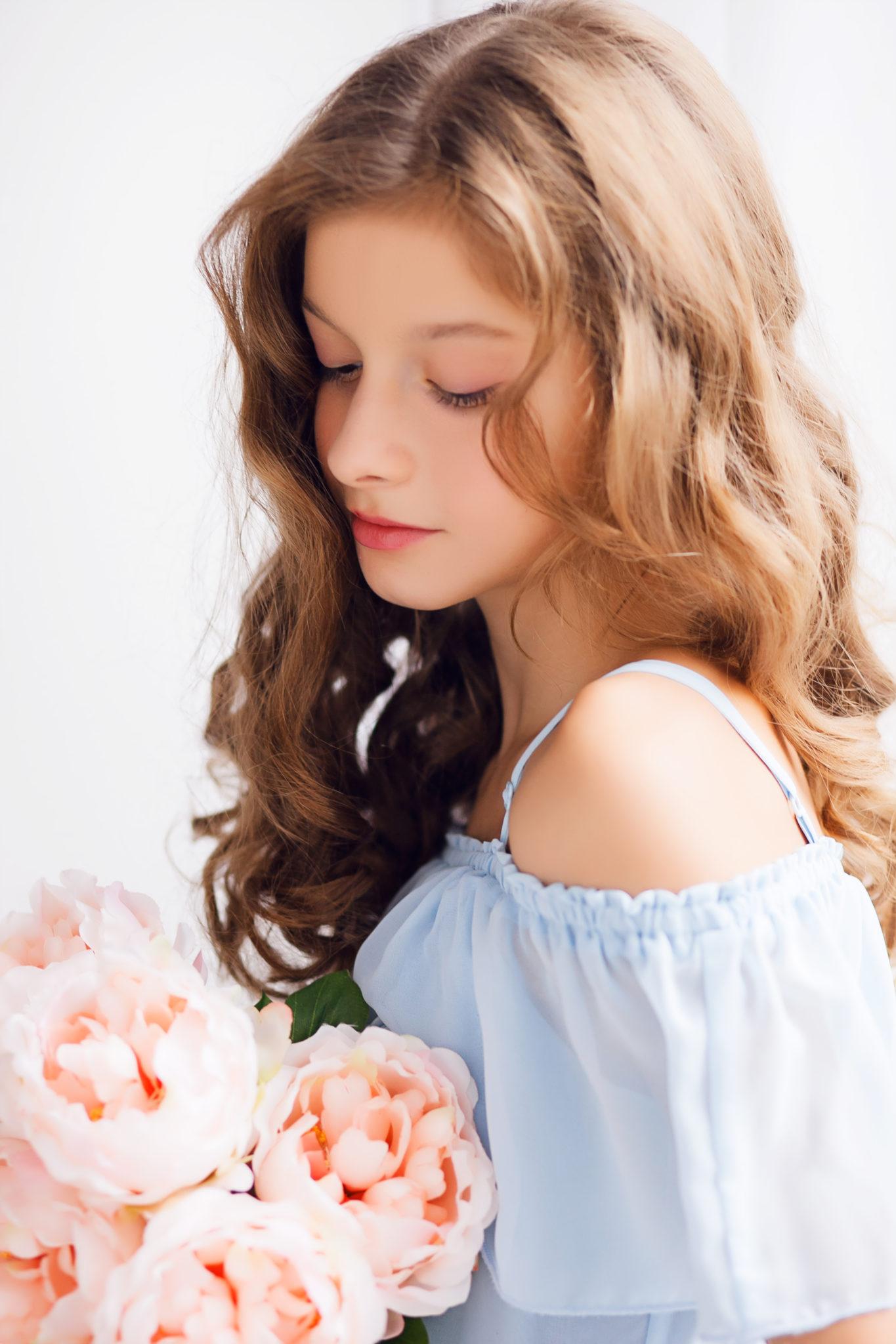 Детская фотосессия, девочка с букетом цветов