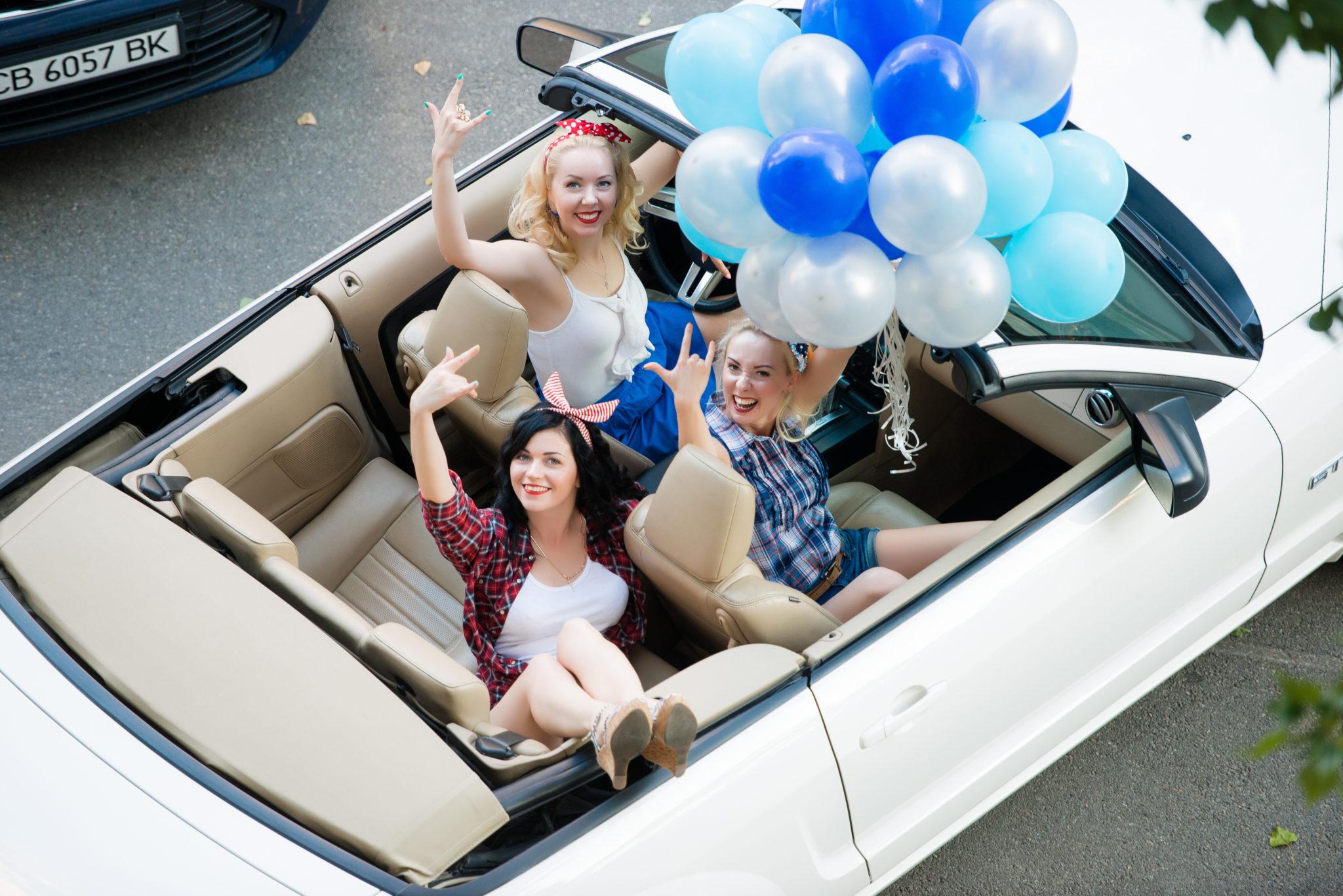 Девичник на природе, 3 девушки в кабриолете