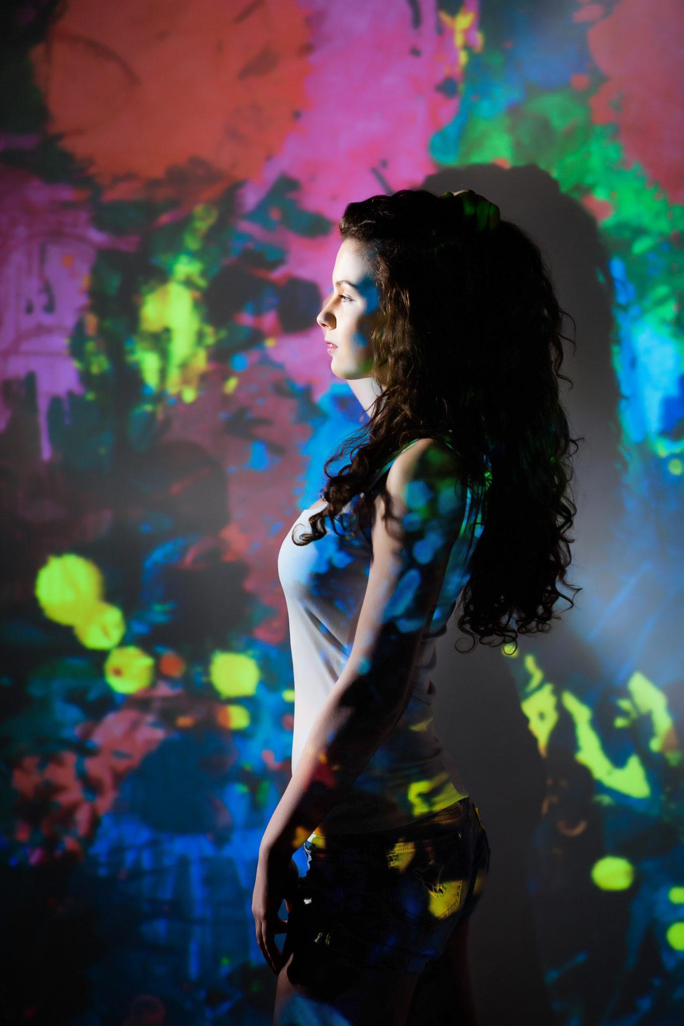 Съемка с проектором, фотосессия с проектором, цвет, фон цветные пятна