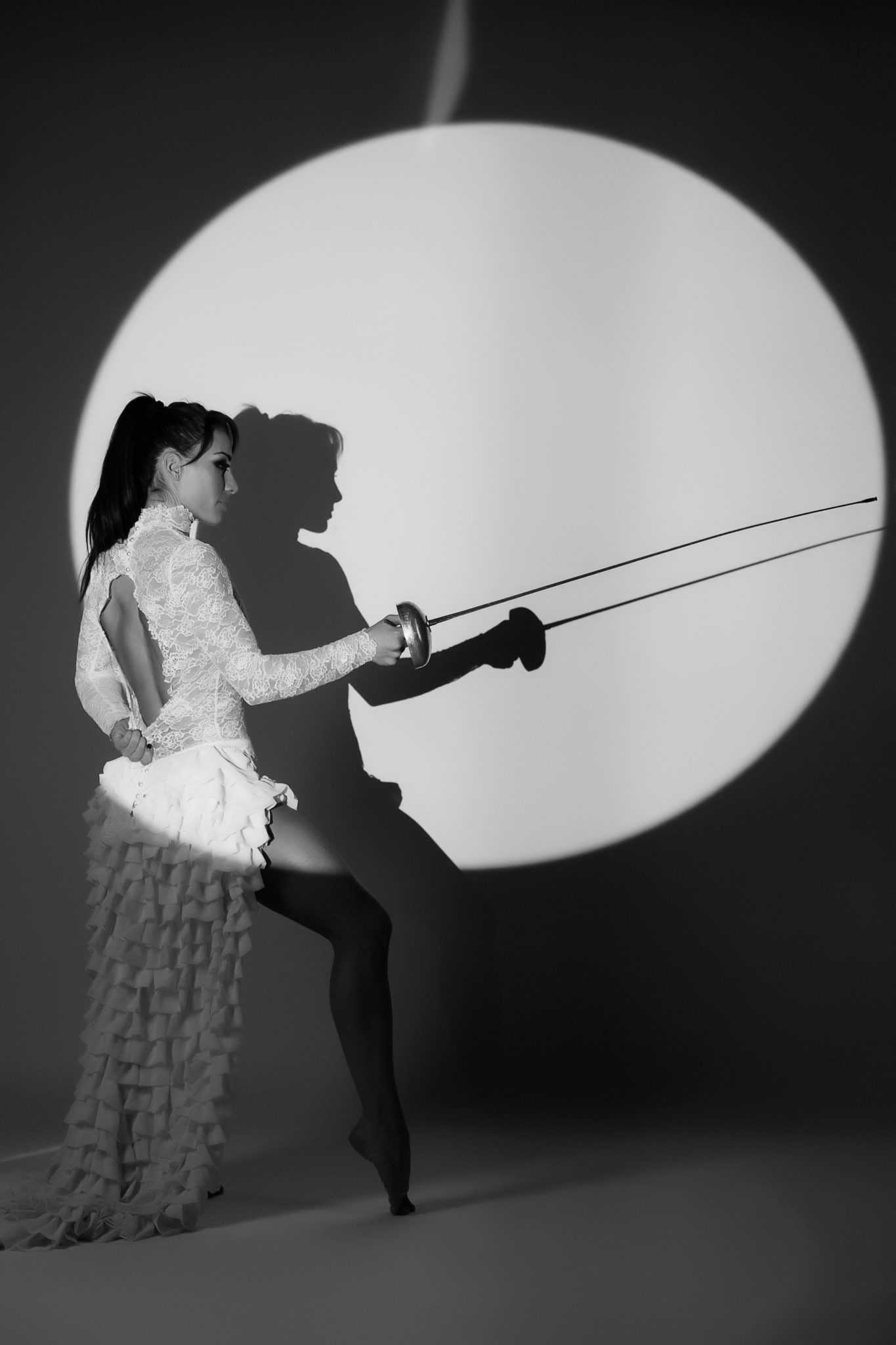 Съемка с проектором, фотосессия с проектором, чб, белый круг фон, в руках спортивная сабля
