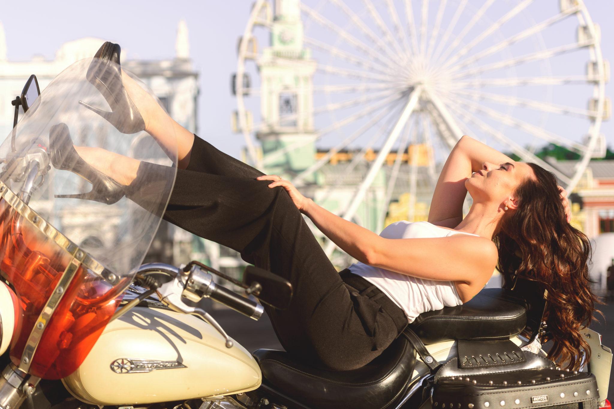 Фотосессия с байком, Контрактовая площадь, фотограф Постникова, модель Дарья