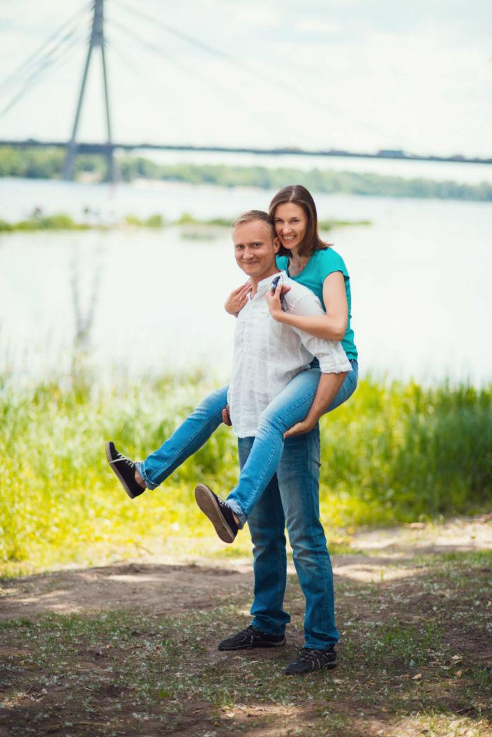 Семейная фотосессия, на природе, пара на фоне моста и Днепра