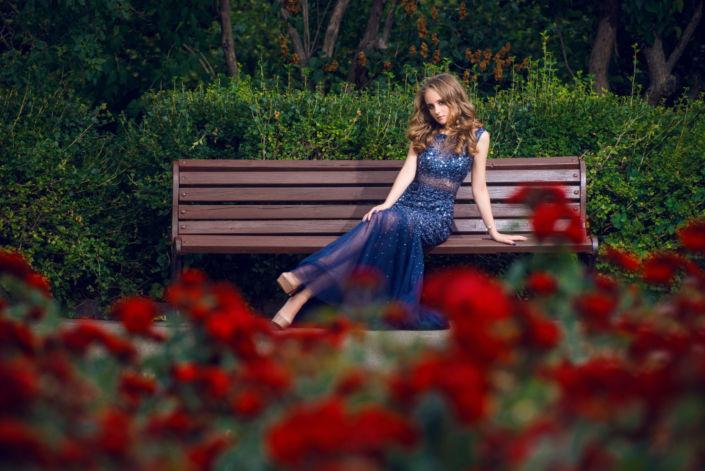 Семейная фотосессия на природе, Бот Сад, девушка сидит на лавочке