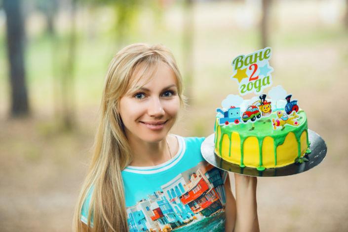 Семейная фотосессия на природе, День Рождения, девушка держит торт