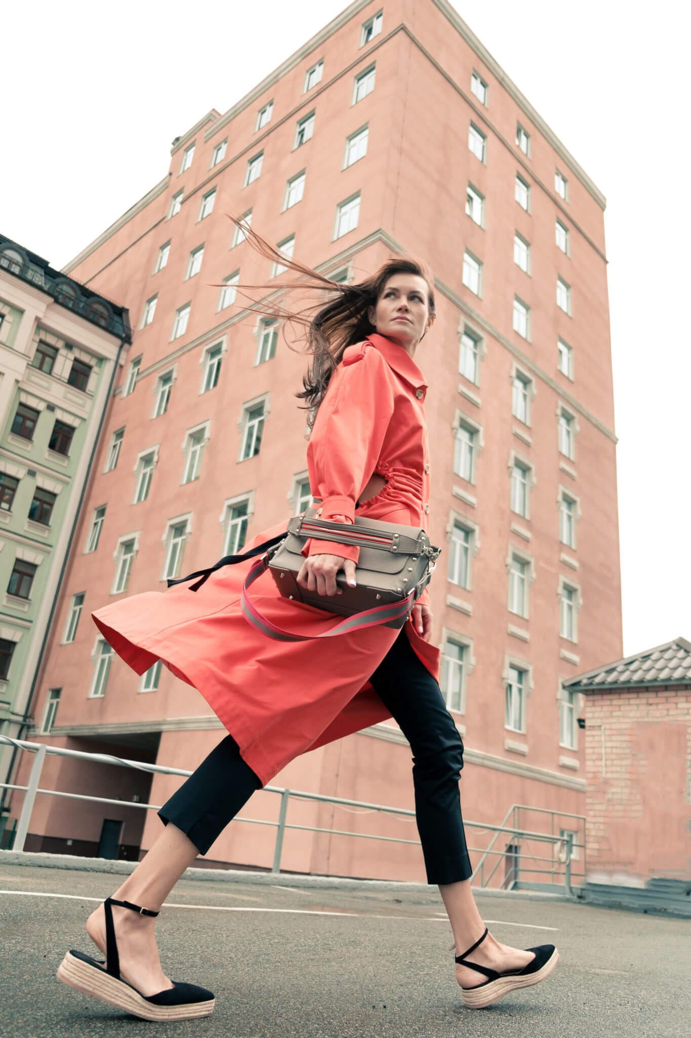 Рекламная съемка для бренда #proSTORELUCHYNSKA. Ph Постникова, уличная съемка, девушка в красном пальто на фоне здания