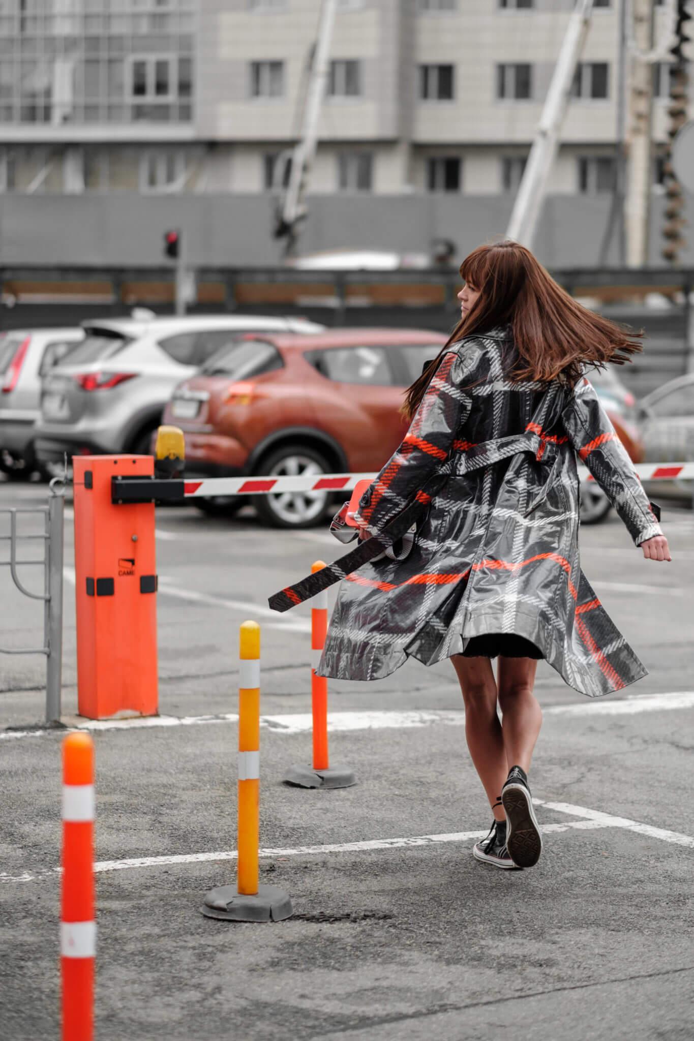 Рекламная съемка для бренда #proSTORELUCHYNSKA. Ph Постникова, уличная съемка, девушка в плаще на фоне стоянки