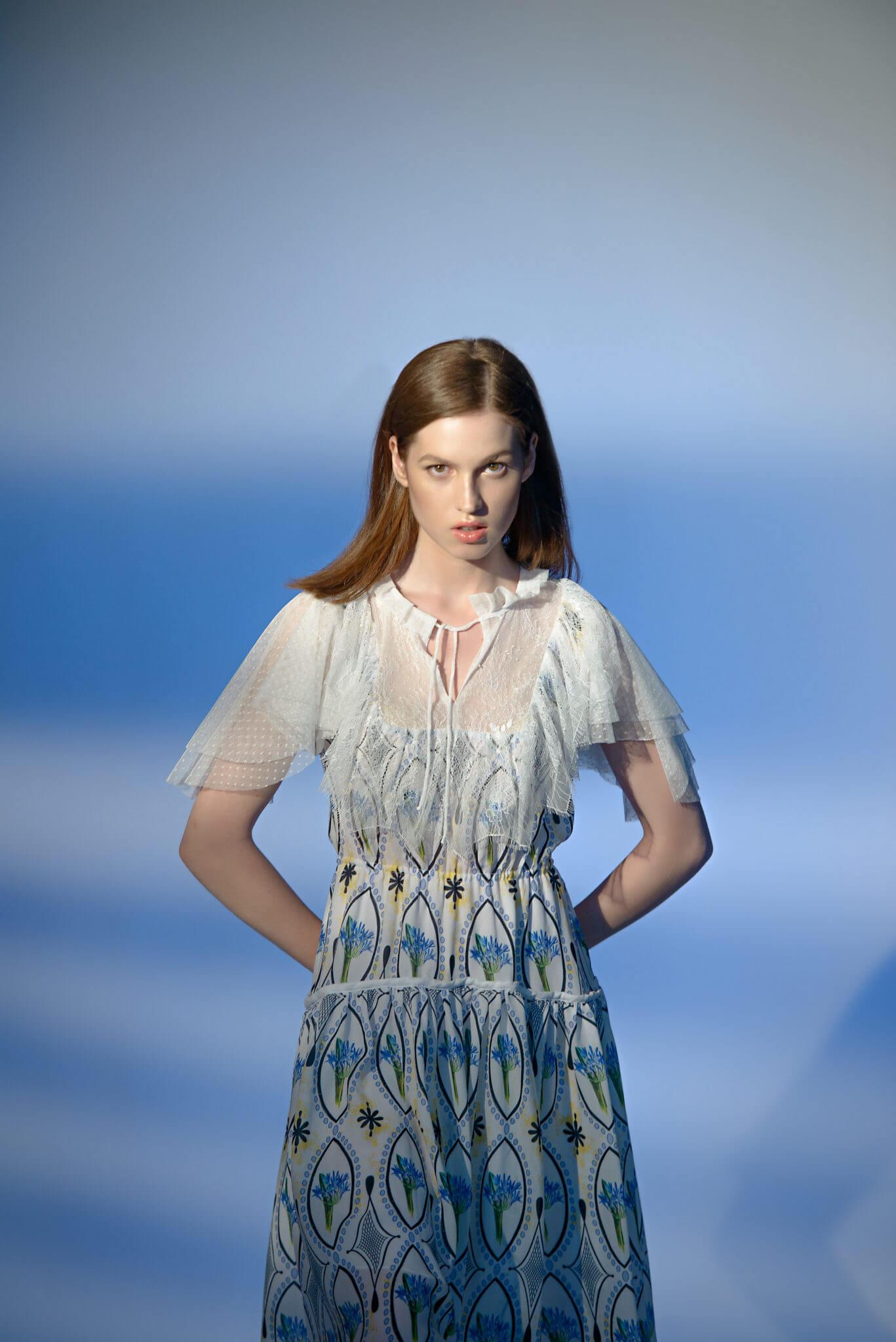 Рекламная съемка для бренда Darja Donezz. Ph Постникова, md Нана Речко. Девушка в голубом платье на синем фоне