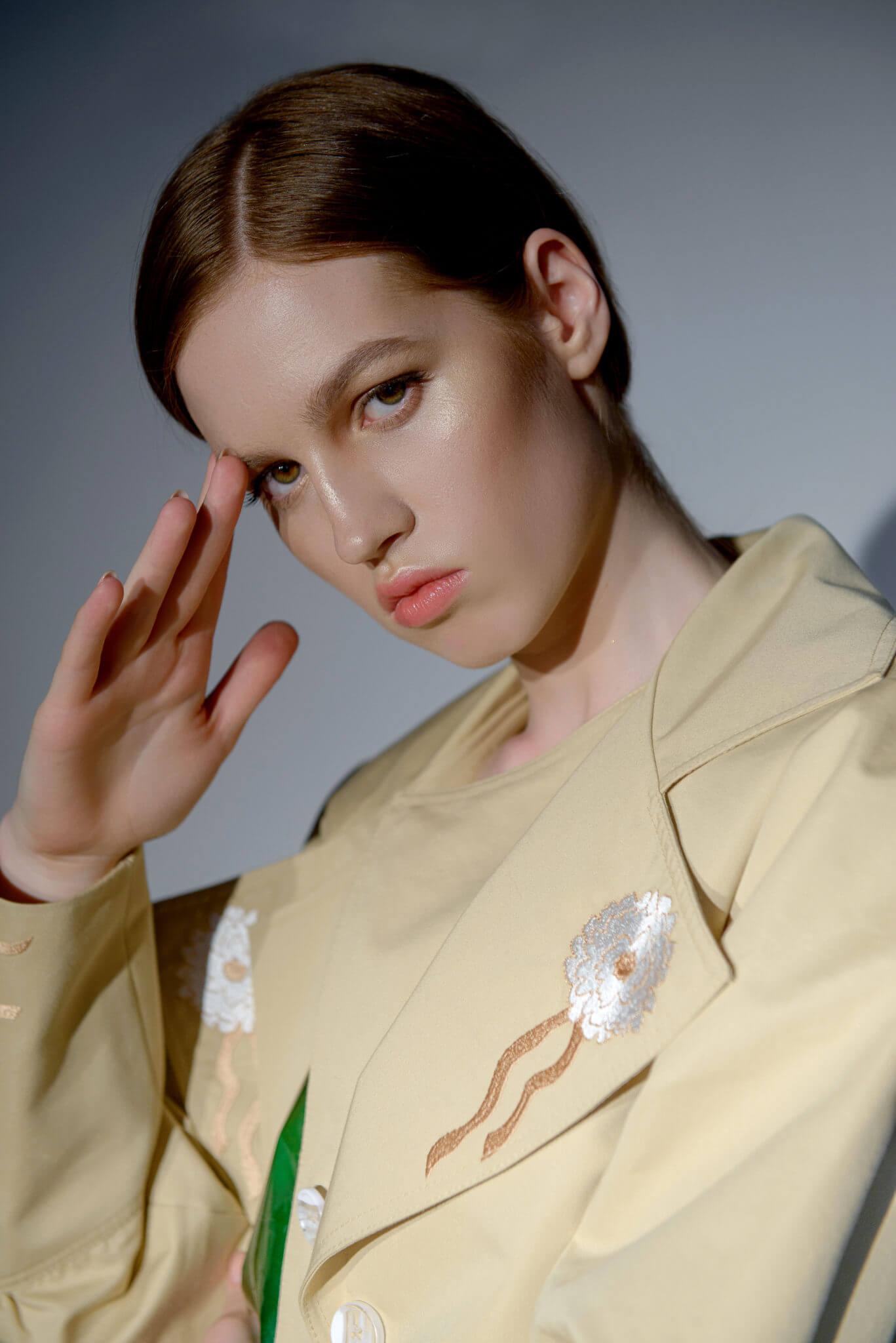 Рекламная съемка для бренда Darja Donezz. Ph Постникова, md Нана Речко. Девушка в песочном пиджаке на белом фоне