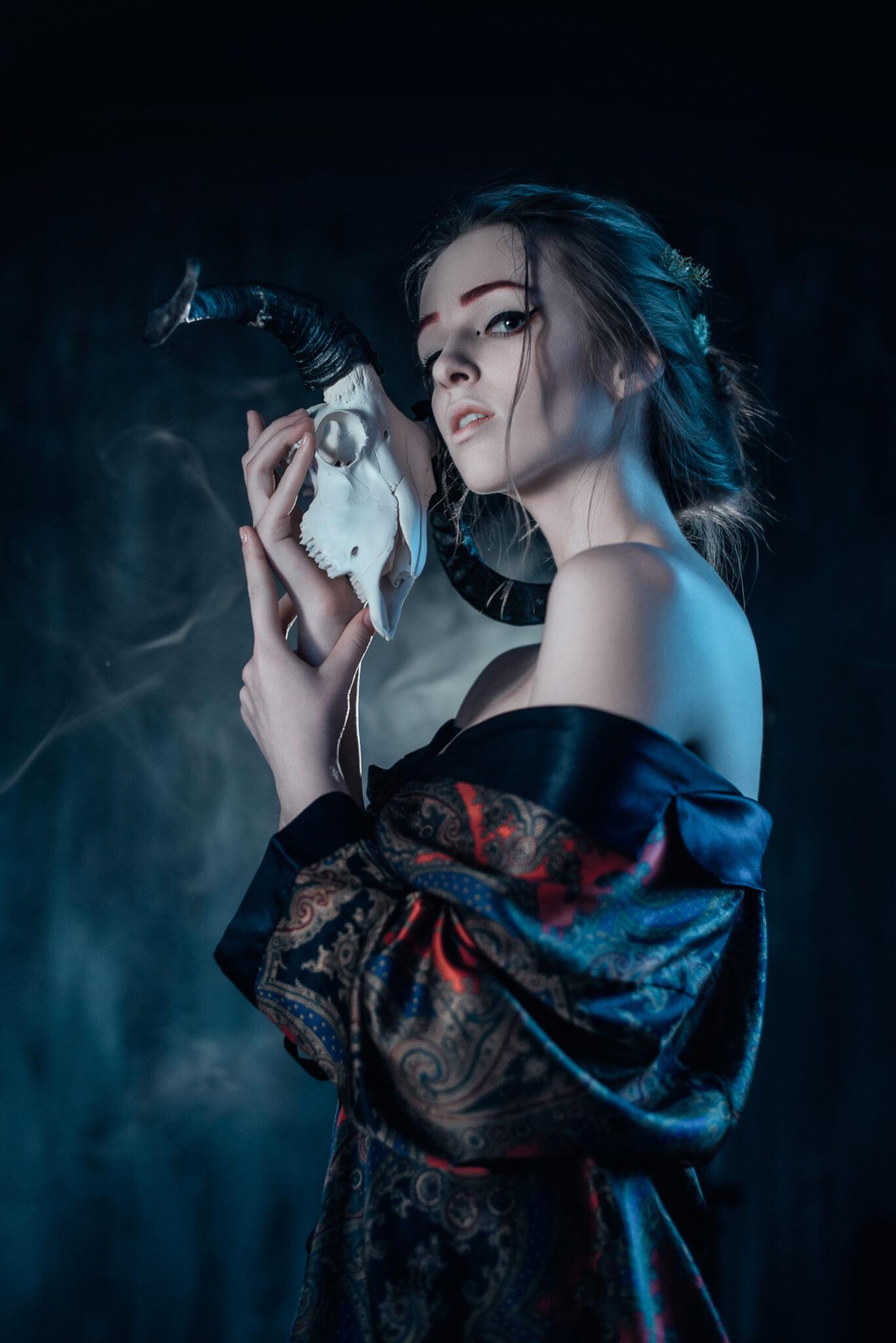 Рекламная съемка для бренда #skull_walkthrough. Ph Безгинова, md Постникова. Девушка с черепом козла в халате, дым