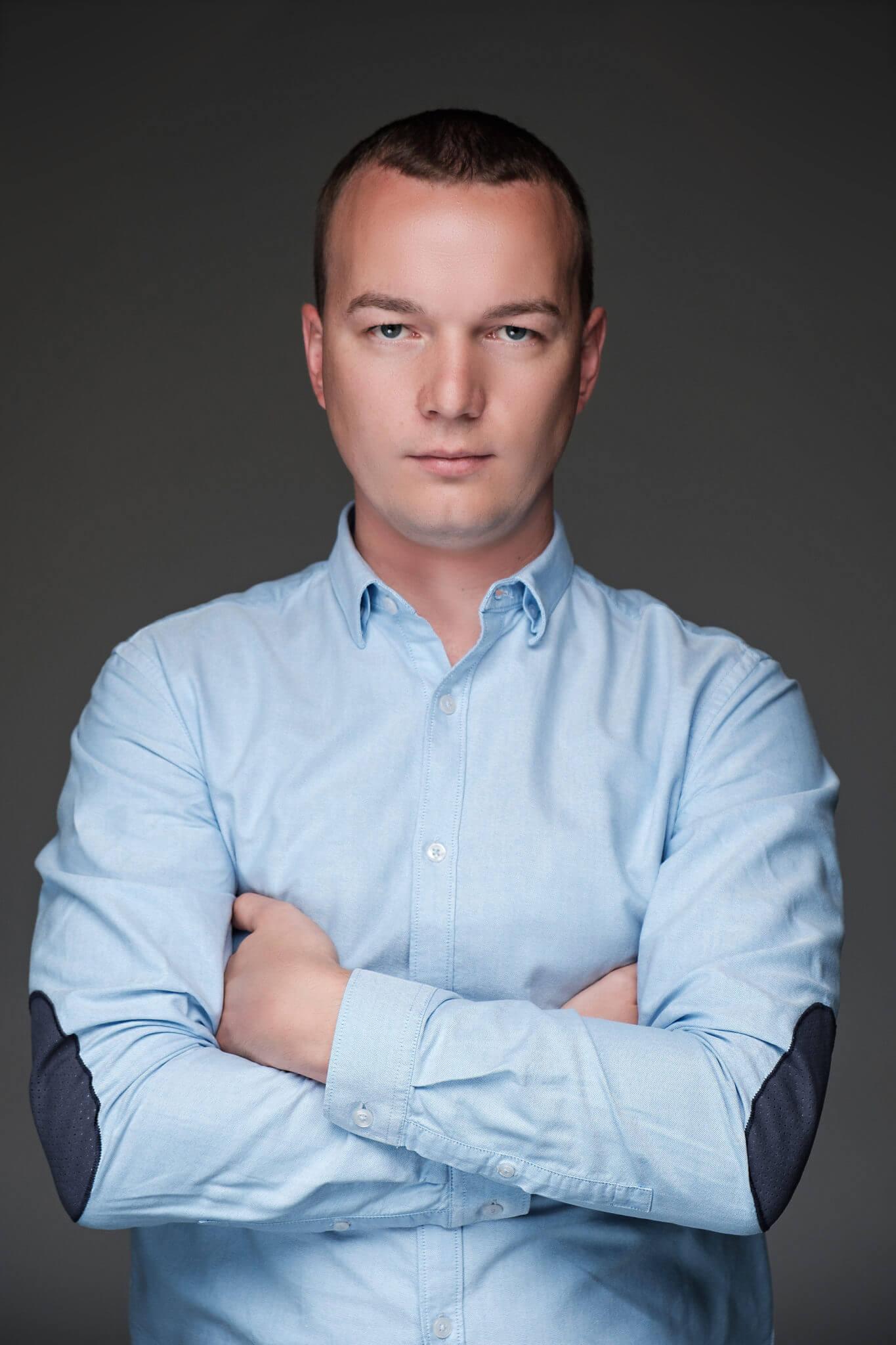 Деловой портрет, бизнес портфолио, поясной портрет мужчины в рубашке, серый фон