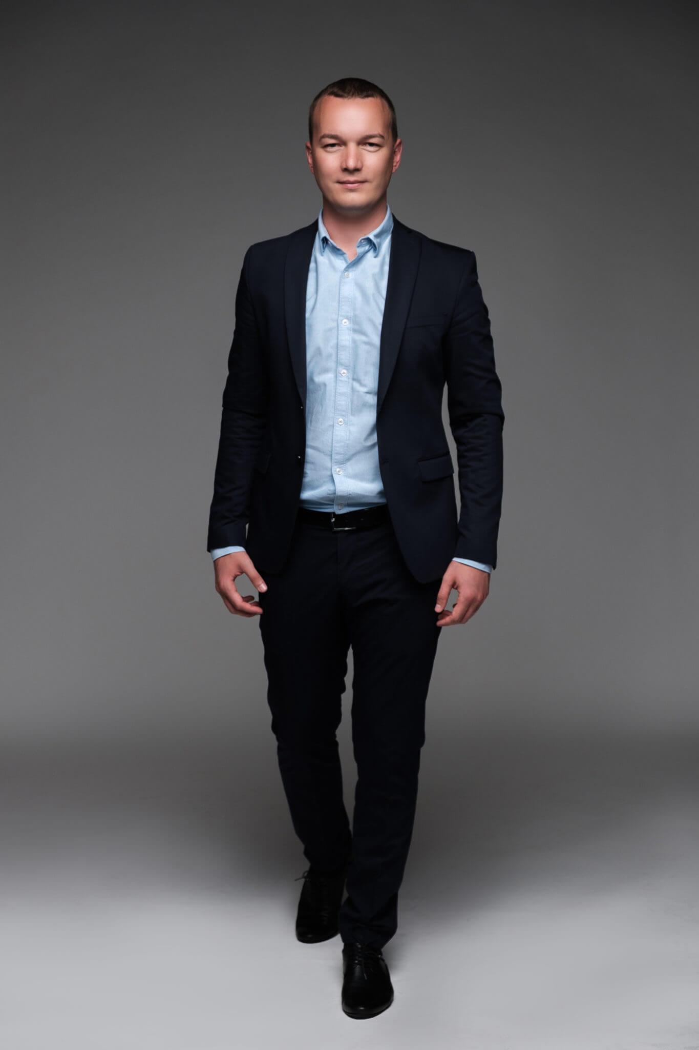 Деловой портрет, бизнес портфолио, поясной портрет мужчины в пиджаке, серый фон