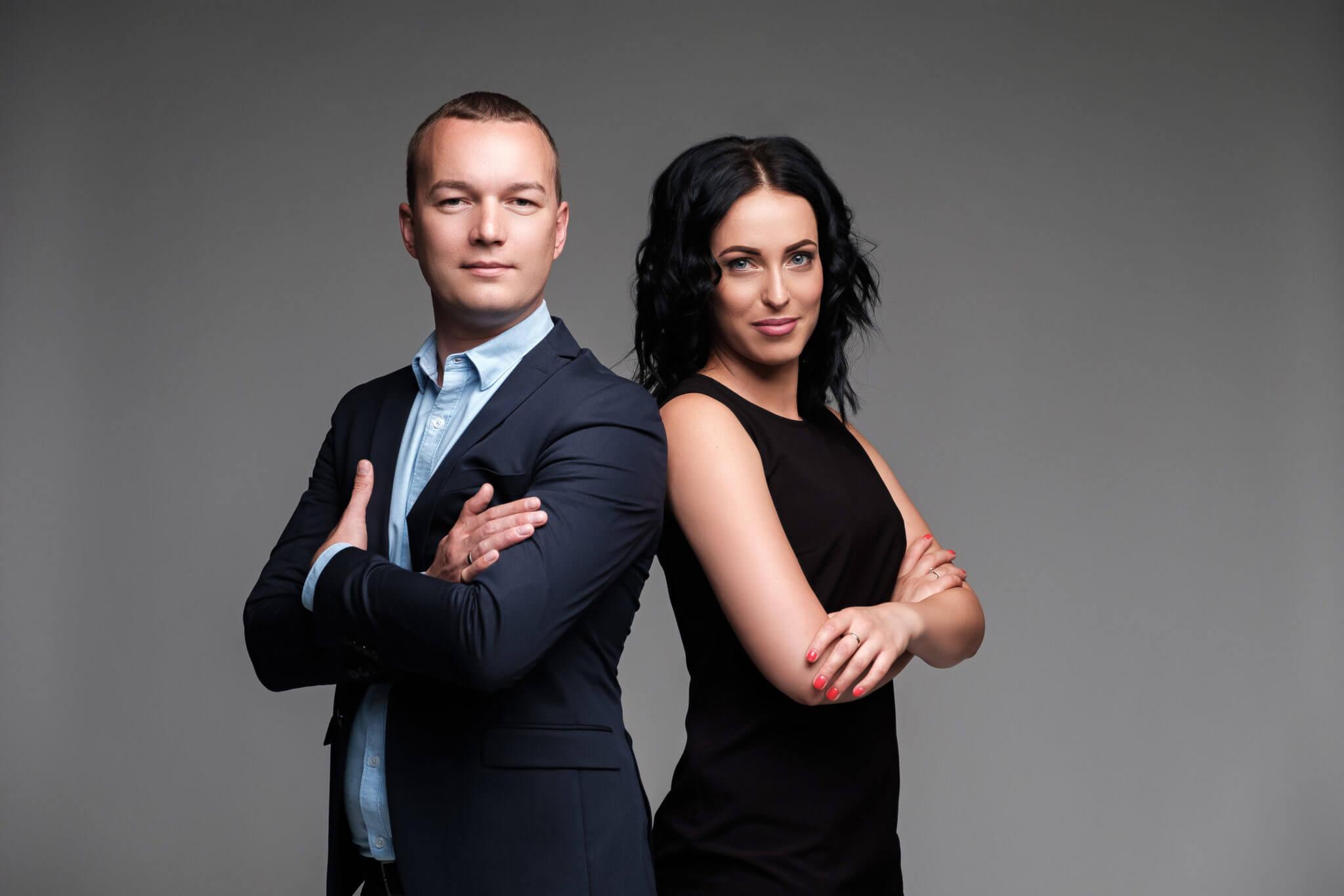Деловой портрет, бизнес портфолио, портрет мужчины и девушки, спина к спине, серый фон