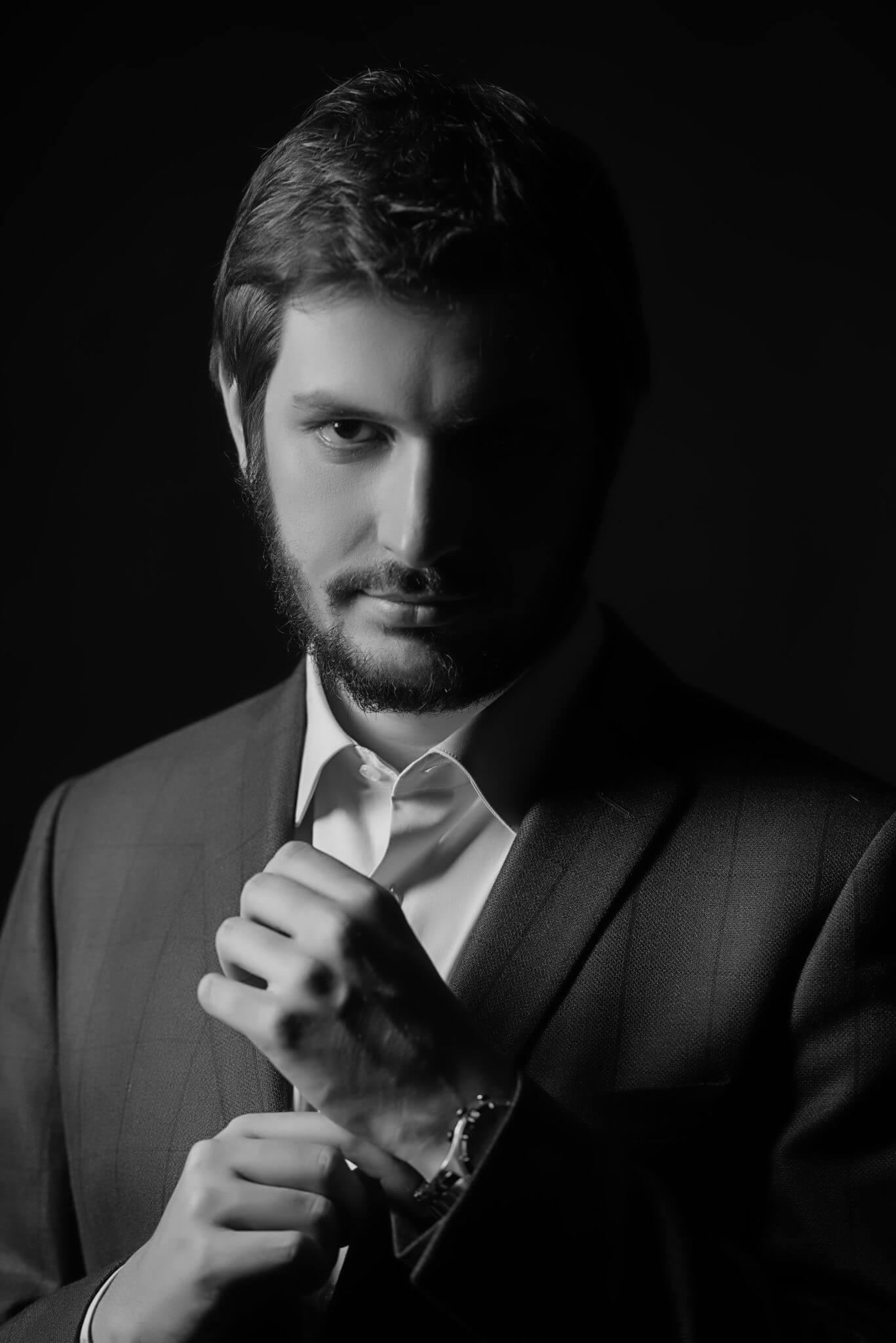 Деловой портрет, бизнес портфолио, портрет мужчины в пиджаке, черно-белое фото