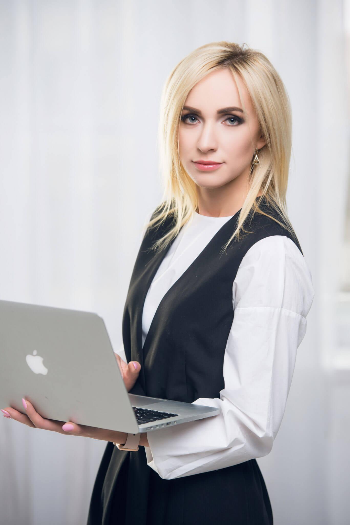 Деловой портрет, бизнес портфолио, портрет девушки с ноутбуком в руках