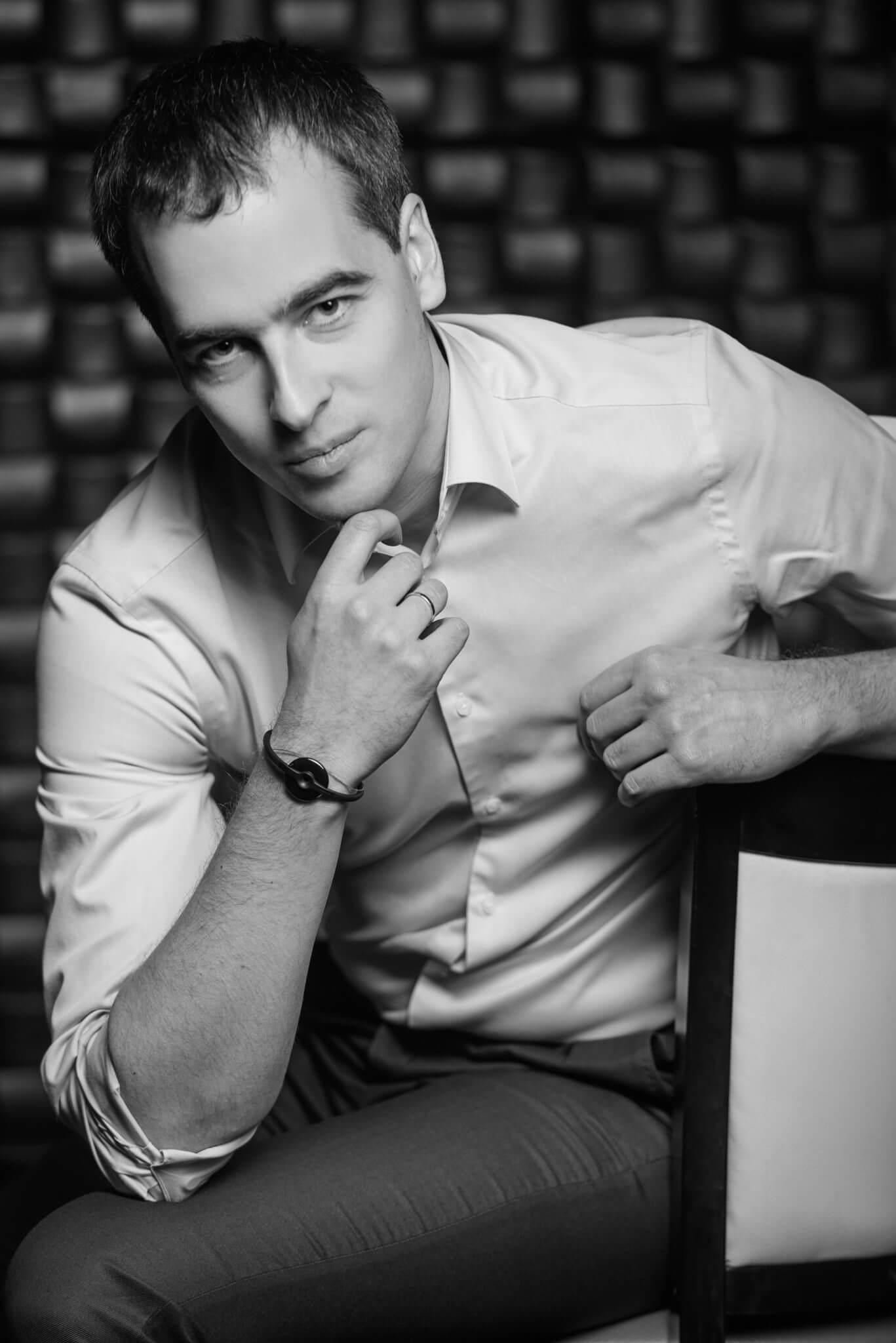 Деловой портрет, бизнес портфолио, портрет мужчины на стуле в рубашке, черно-белое фото