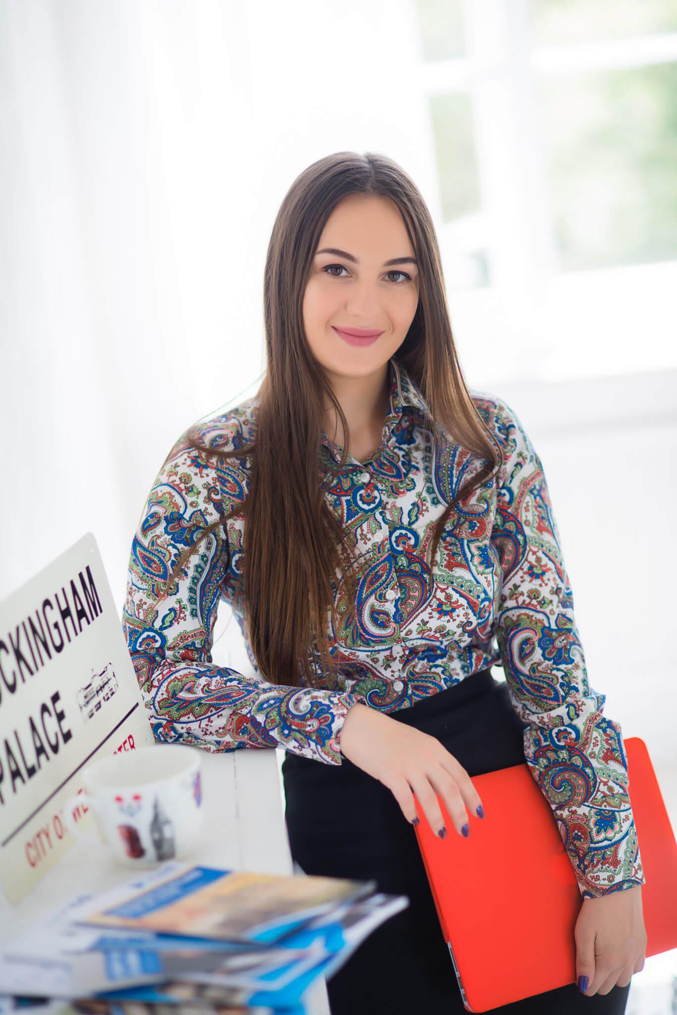 Деловой портрет, бизнес портфолио, портрет девушки в цветной рубашке и с папкой руках