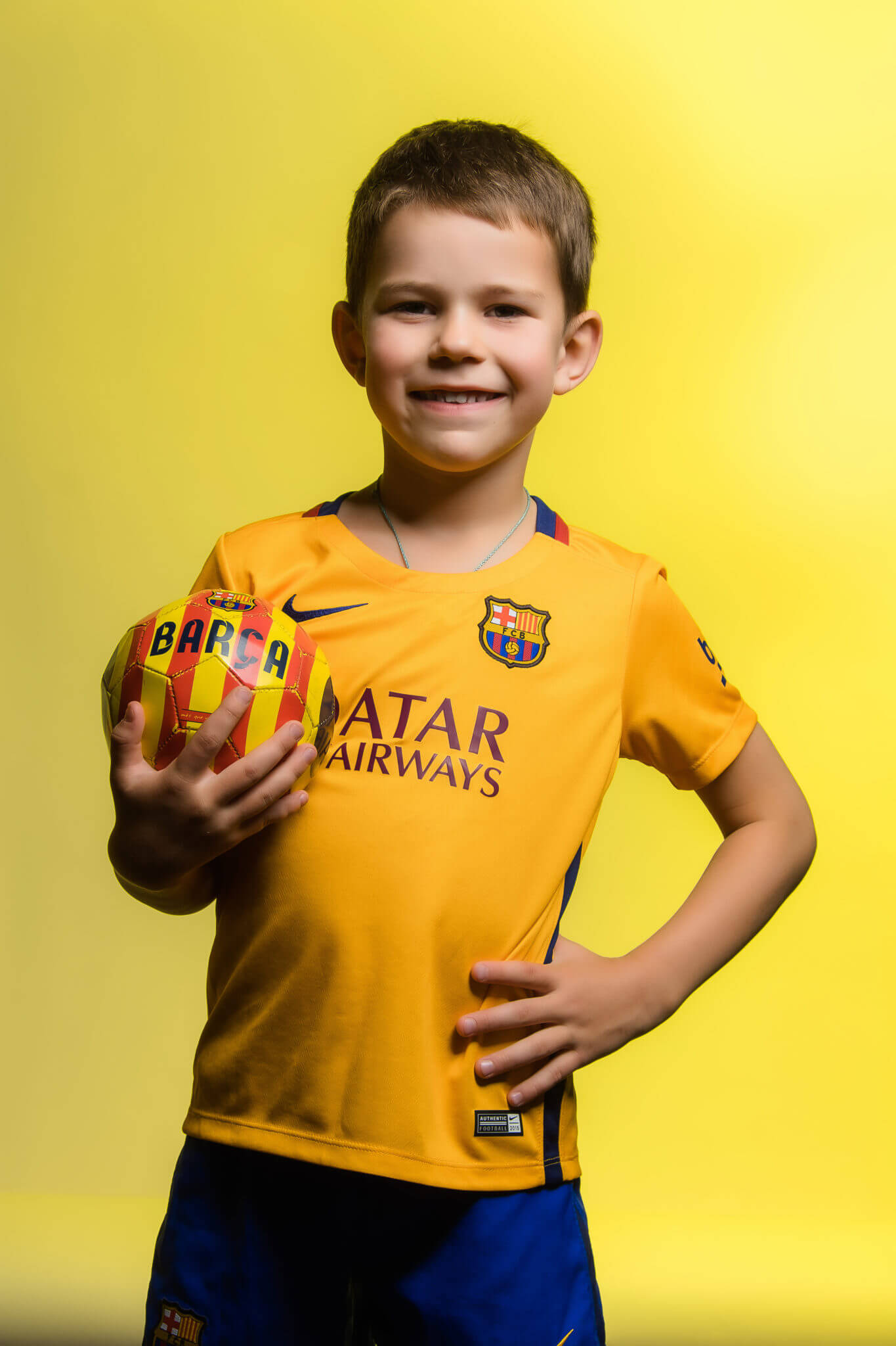 Детская фотосессия, KidsTop100, фото Постникова А., мальчик с мячом на желтом фоне