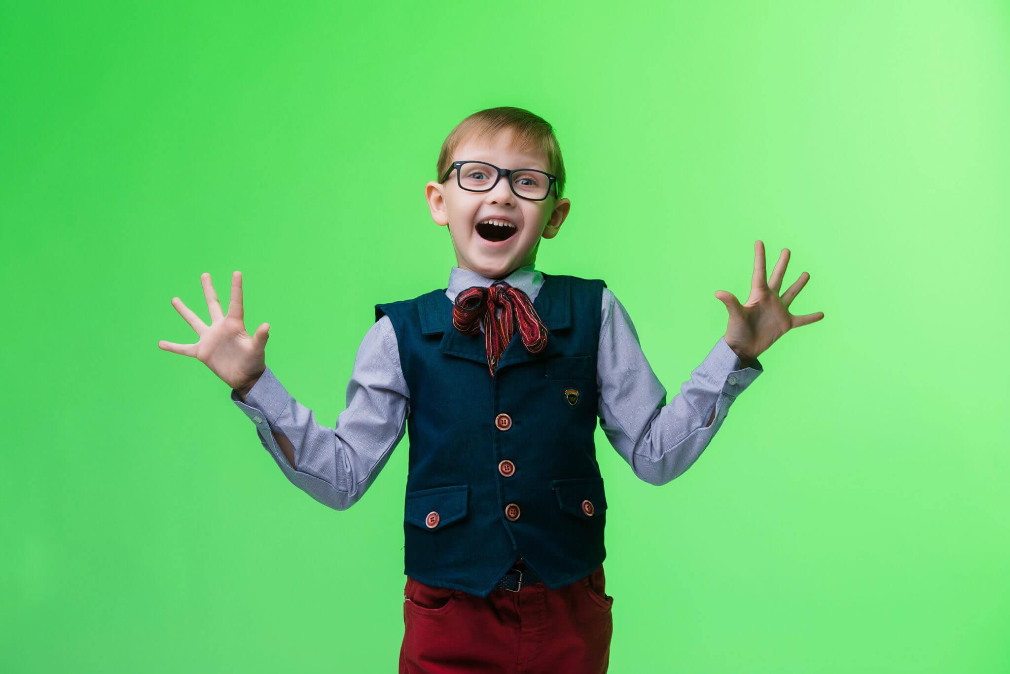 Детская фотосессия, KidsTop100, фото Постникова А., мальчик в очках на зеленом фоне
