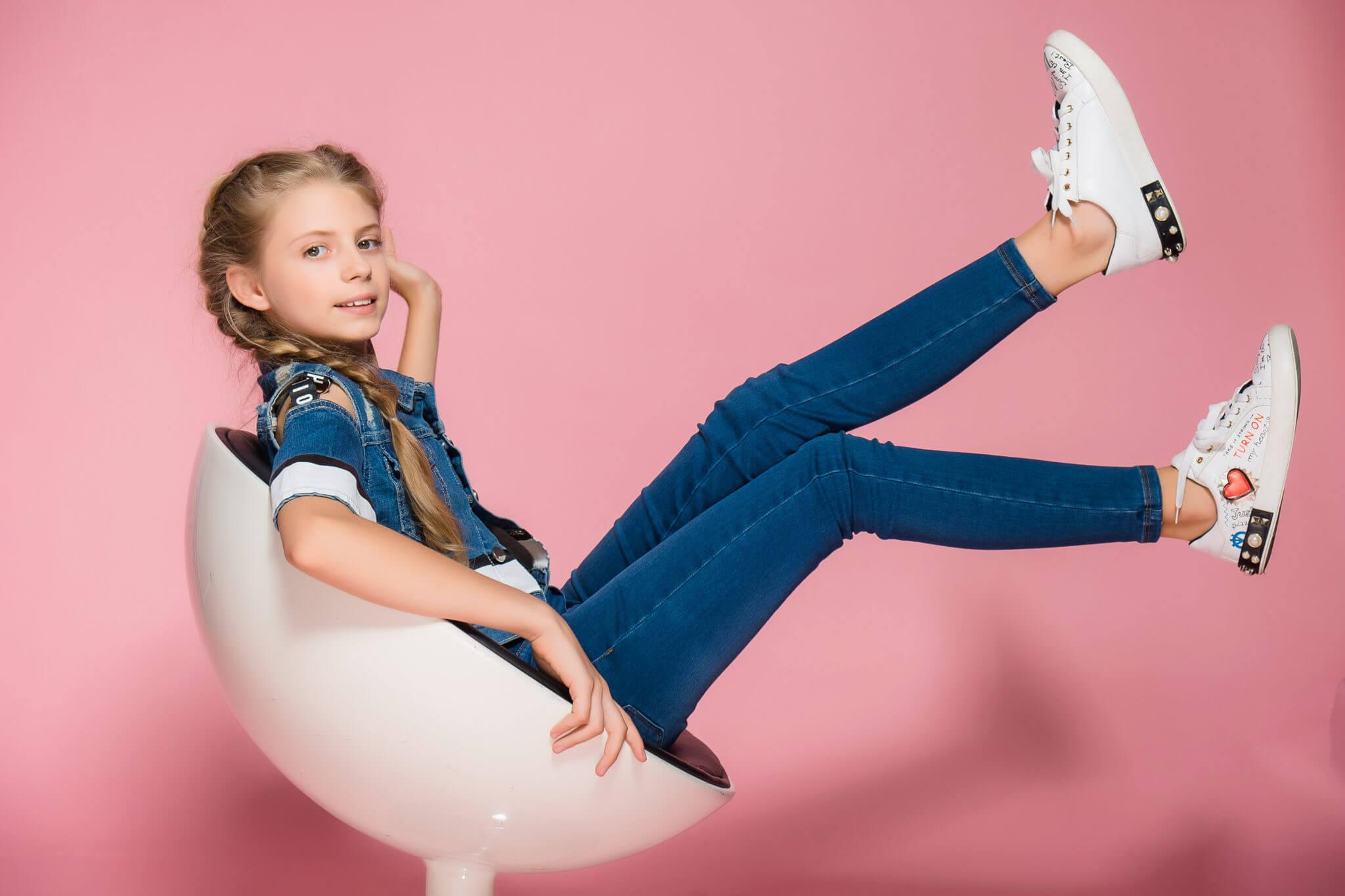 Детская фотосессия, KidsTop100, фото Постникова А., девочка на стуле на розовом фоне