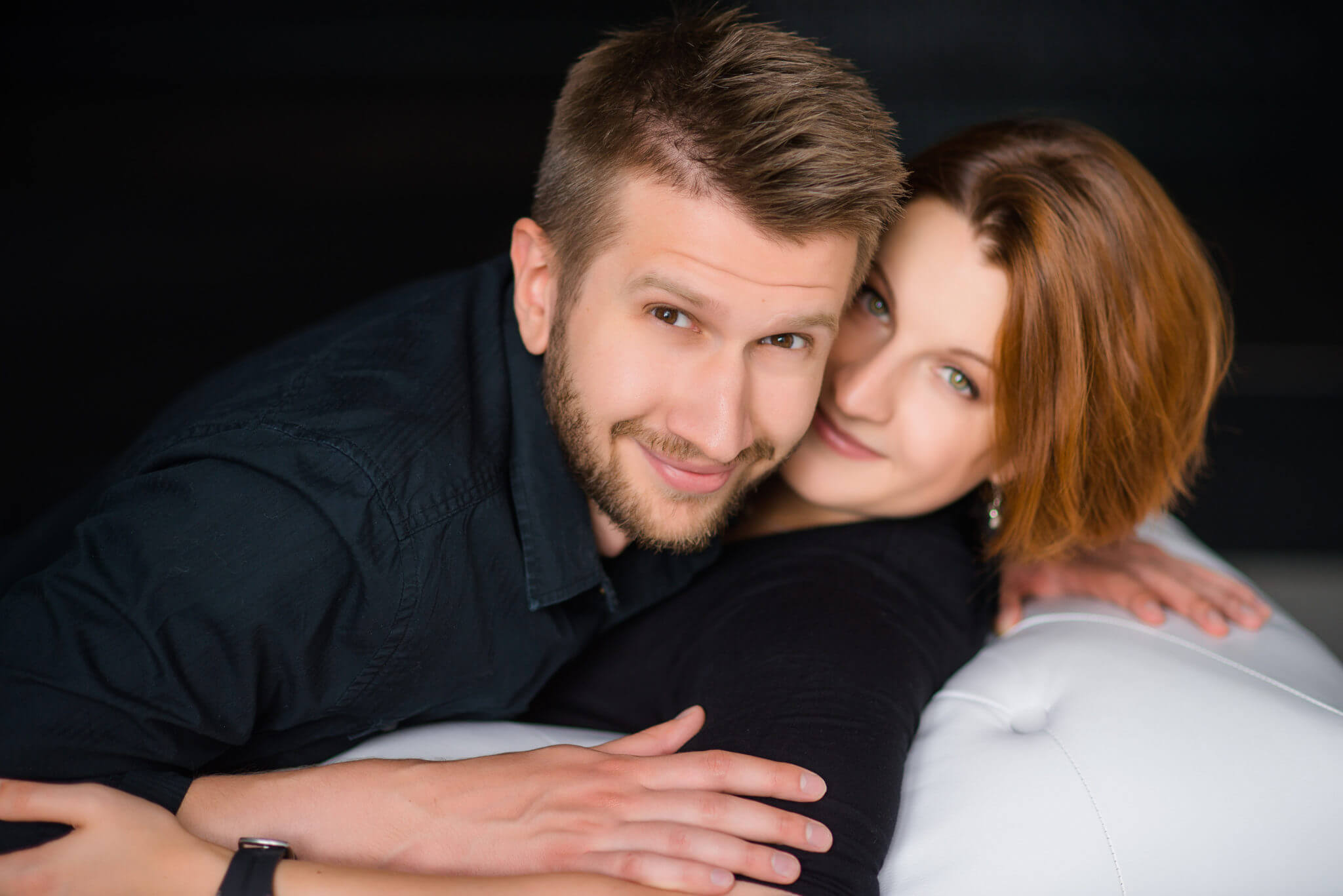 Фотосессия Love Story в студии, пара на черном фоне