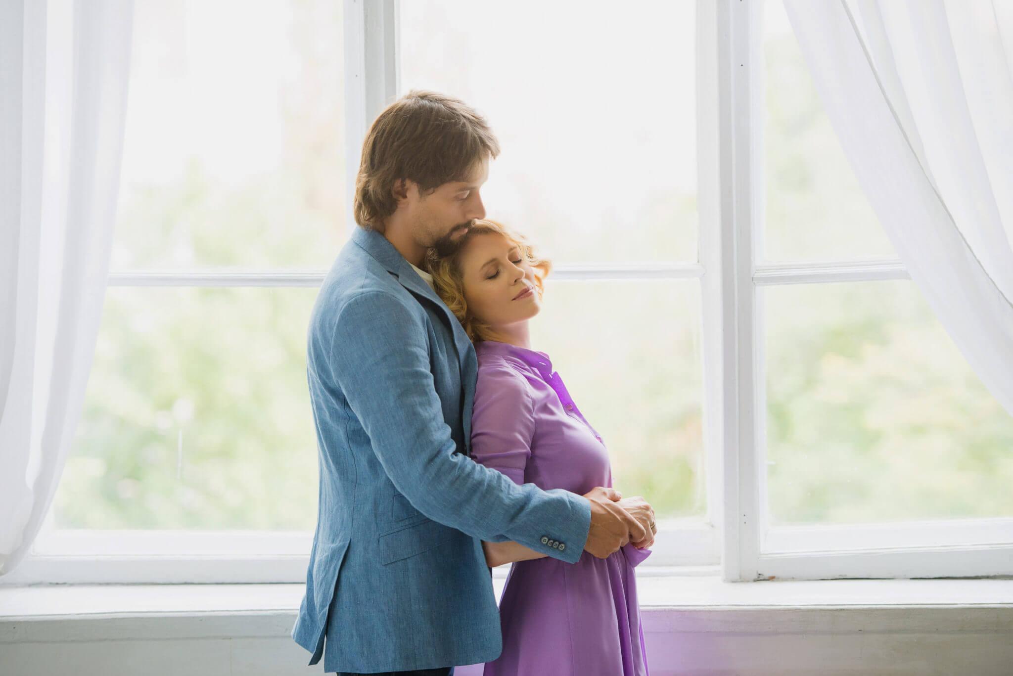 Фотосессия Love Story в студии, пара на фоне окна